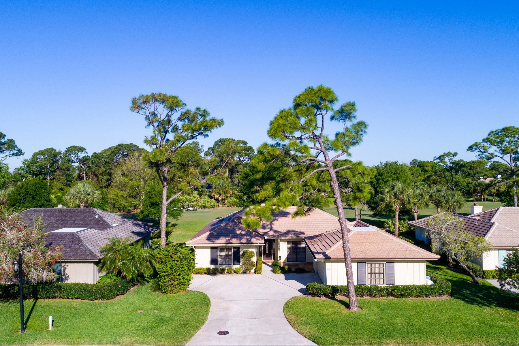 Single Family Homes 为 销售 在 Beautifully Updated Golf VIlla 110 Prestwick Circle 维罗海滩, 佛罗里达州 32967 美国