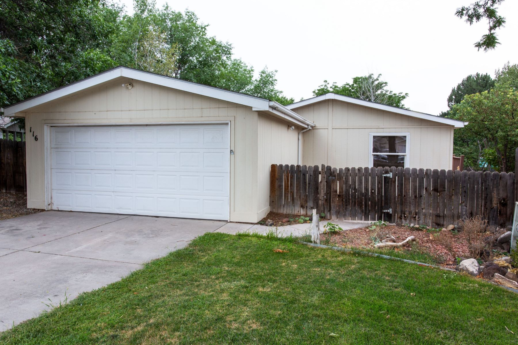 Single Family Home for Active at Move-In Ready Single Family Home 116 Queen City Circle Parachute, Colorado 81635 United States