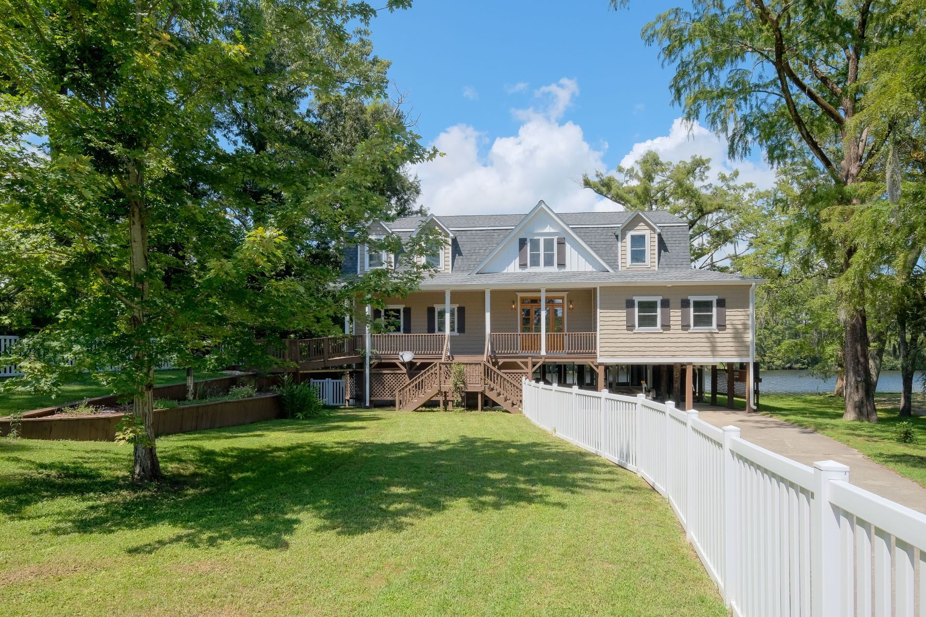 واحد منزل الأسرة للـ Sale في INCREDIBLE OPPORTUNITY 111 Cypress Dr, Edenton, North Carolina, 27932 United States