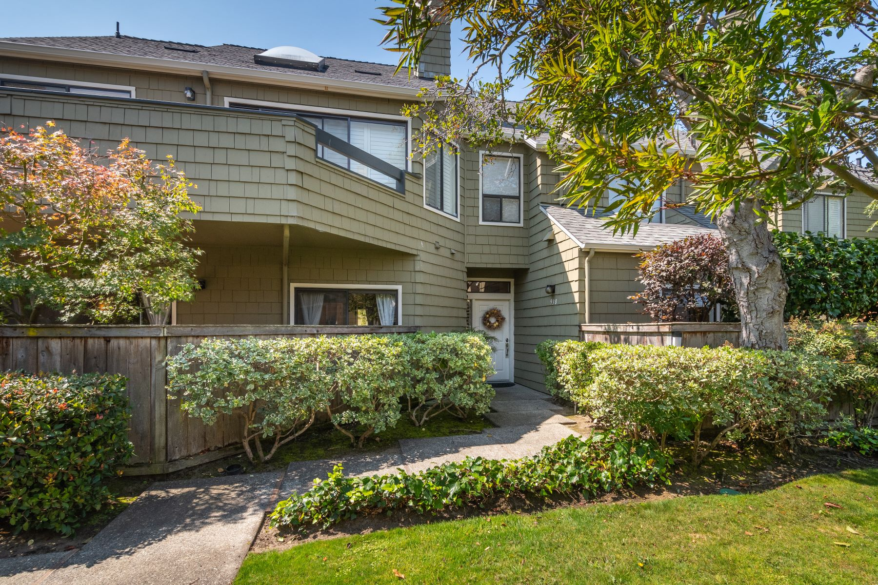 Condominiums 为 销售 在 Elegant Ground Floor Unit with Greenbelt and San Mateo Lagoon Views 938 Shoreline Drive 圣马特奥市, 加利福尼亚州 94404 美国
