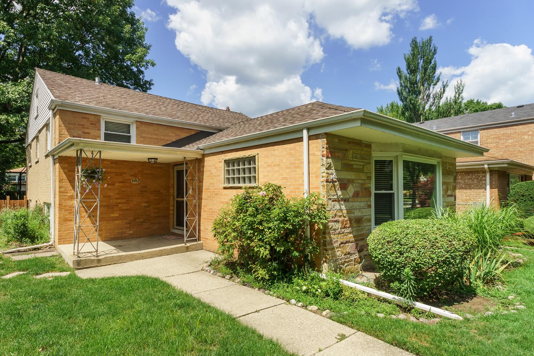 Maison unifamiliale pour l Vente à Surprising Five Bedroom Home 8632 Avers Avenue Skokie, Illinois, 60076 États-Unis