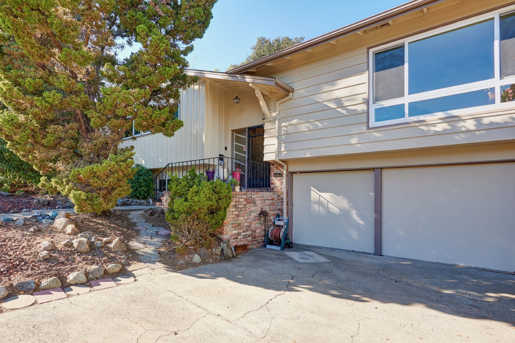 Single Family Home for Active at Large Farm Hill Home 3782 Farm Hill Road Redwood City, California 94061 United States