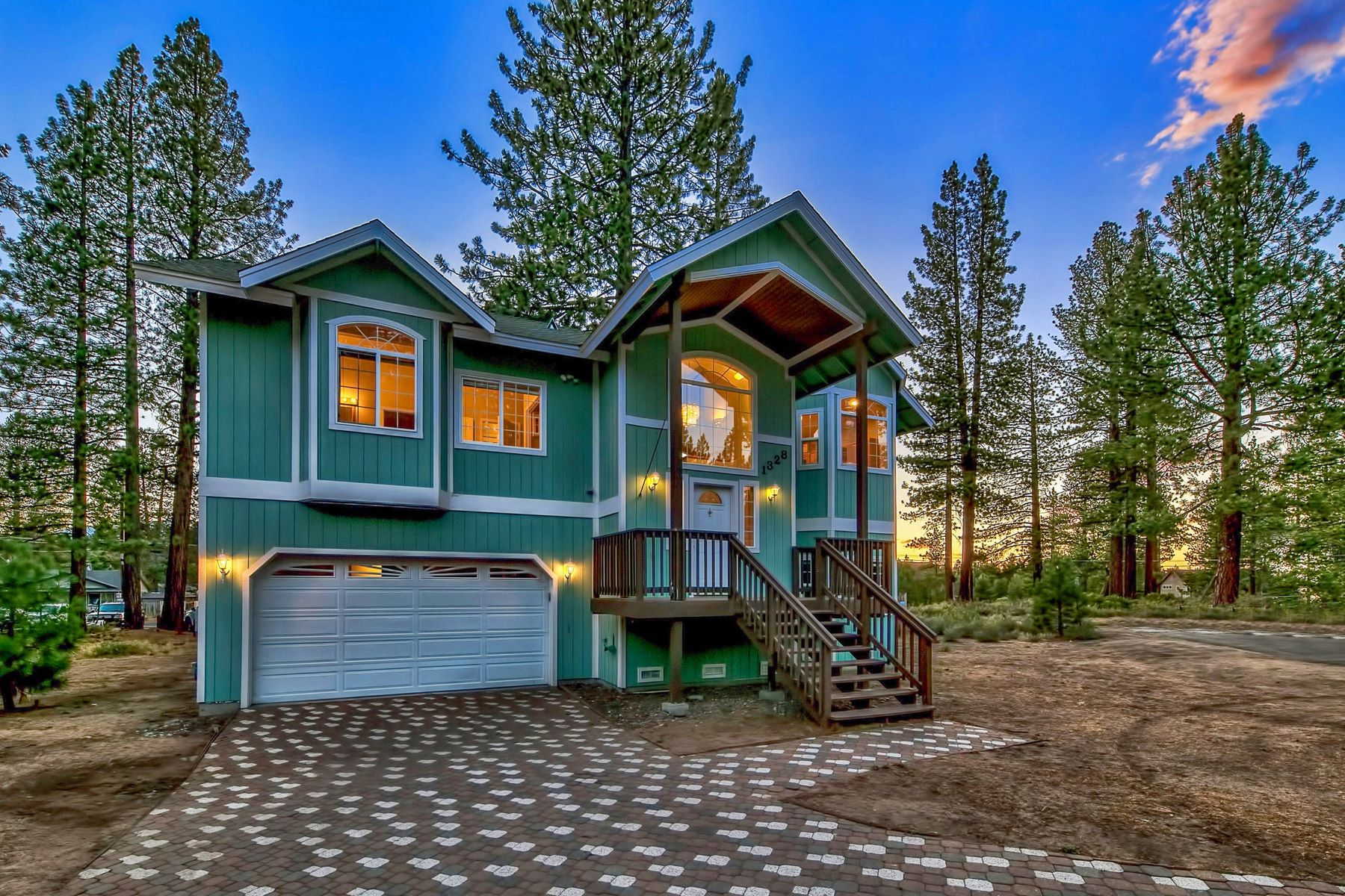 Single Family Homes 为 销售 在 1328 Dick Lake Road, South Lake Tahoe, CA 96150 1328 Dick Lake Road 南太浩湖, 加利福尼亚州 96150 美国