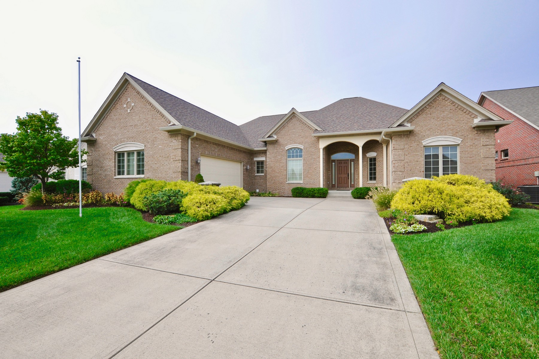 Single Family Homes 为 销售 在 Meticulously Maintained 13978 Inglenook Lane, 卡梅尔, 印第安纳州 46032 美国