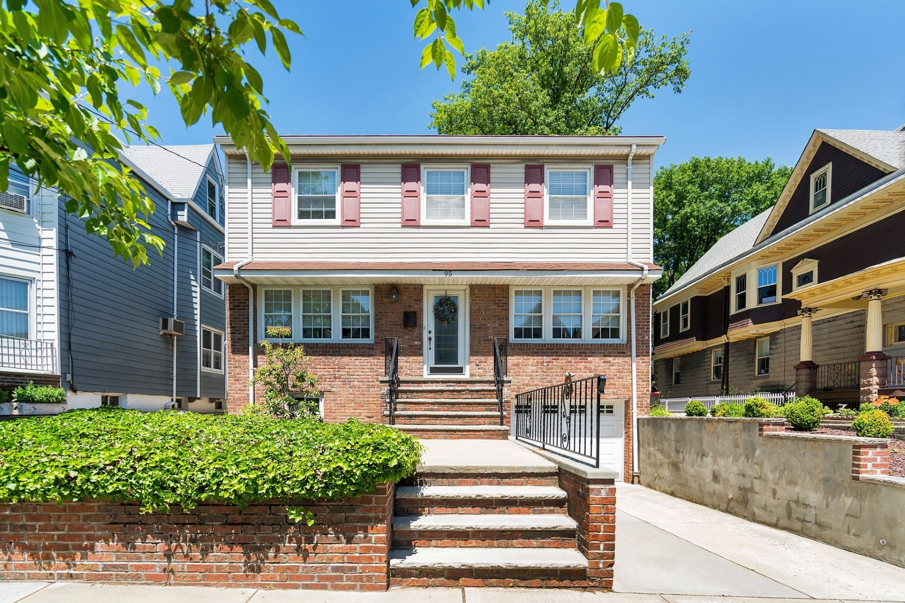 一戸建て のために 売買 アット The spacious, fully renovated Colonial style home is a must see! 93-95 West 30th Street, Bayonne, ニュージャージー 07002 アメリカ合衆国