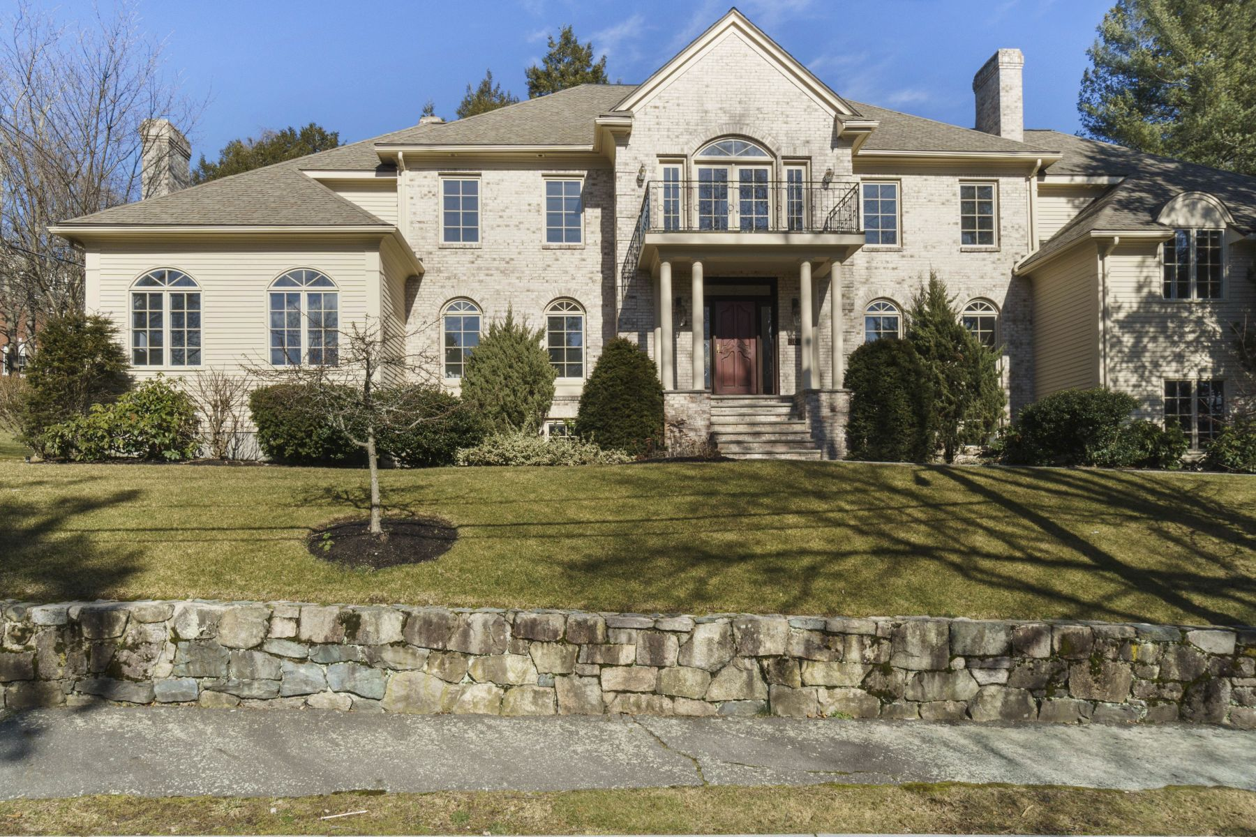 Single Family Homes 为 销售 在 Stunning Brick Colonial In Desired Chestnut Hill Community 106 Old Orchard Rd 牛顿, 马萨诸塞州 02467 美国
