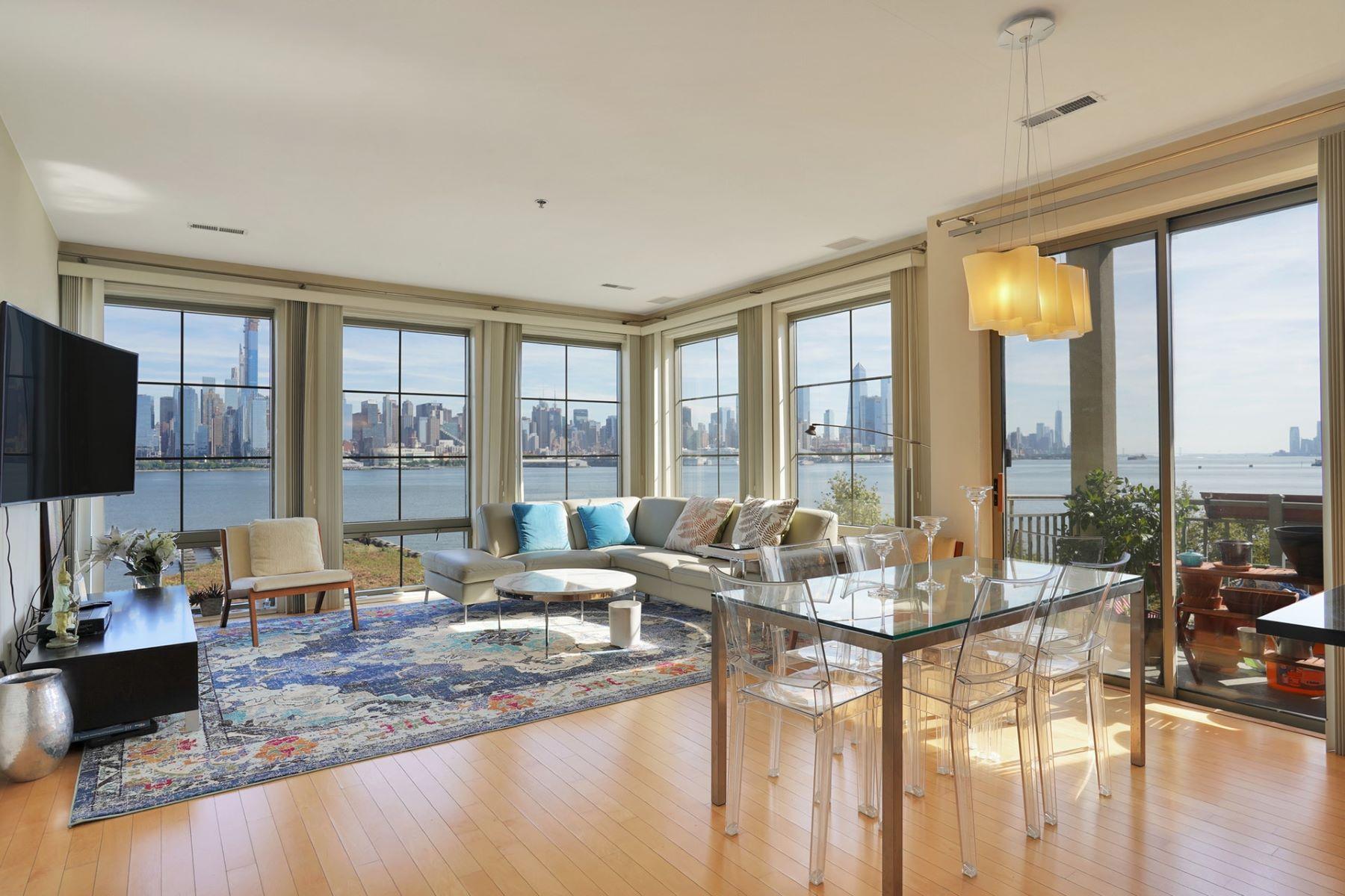 Condominiums för Försäljning vid Enjoy this stunning South East home with NYC and the Hudson River views i 24 Avenue at Port Imperial #303, West New York, New Jersey 07093 Förenta staterna