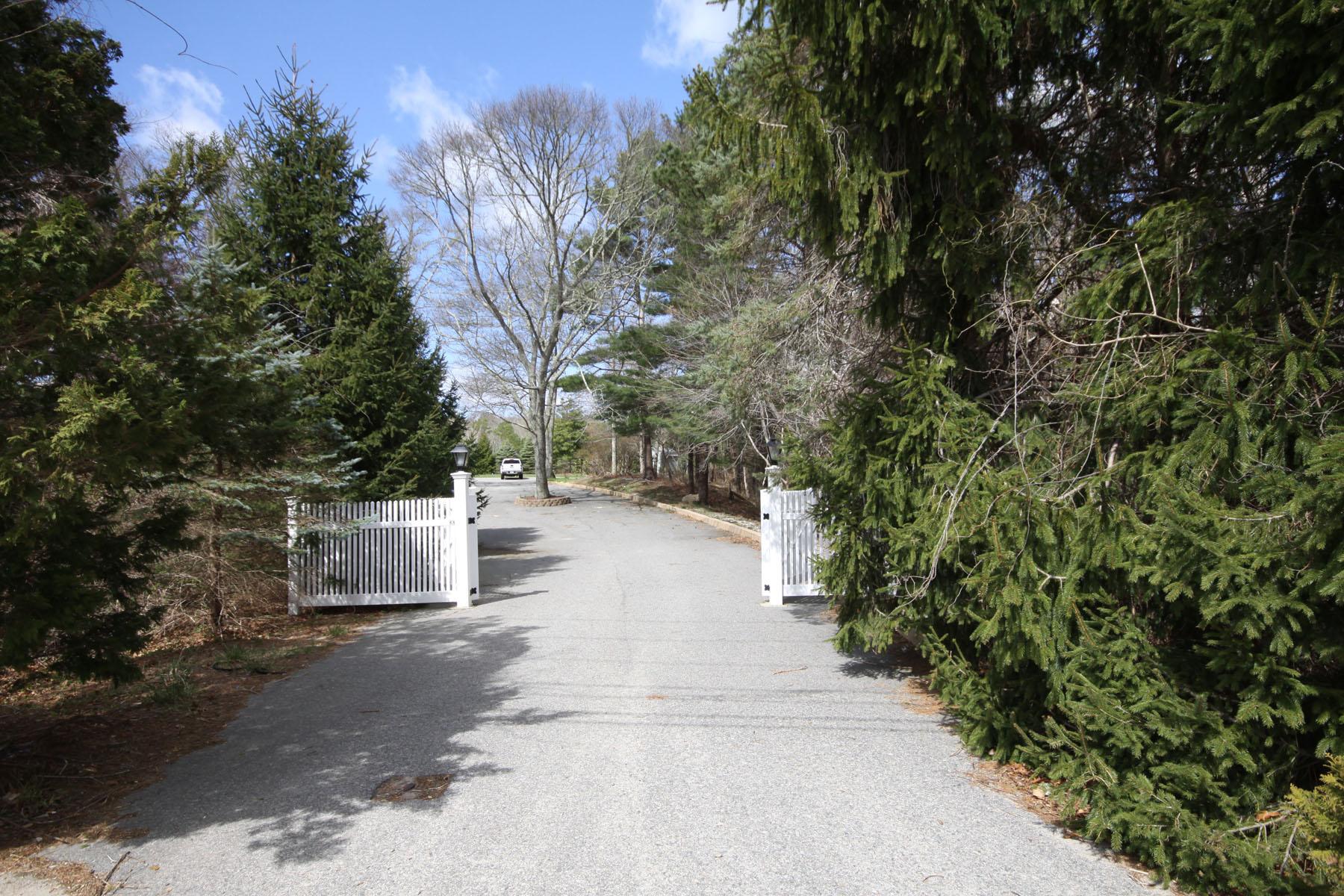 独户住宅 为 销售 在 PRIVACY AWAITS! 744 North Falmouth Highway 东法尔茅斯, 马萨诸塞州, 02556 美国