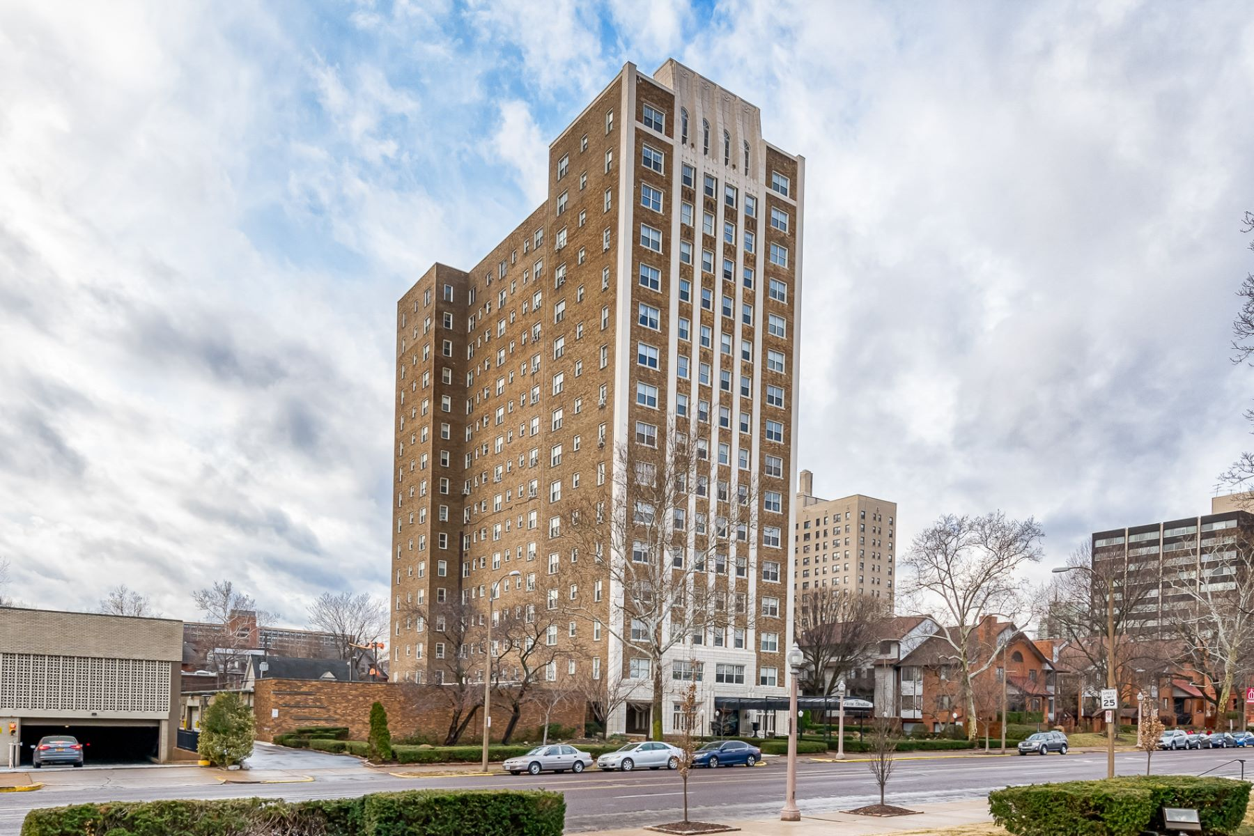 Additional photo for property listing at Condo in the Fashionable Central West End 4440 Lindell Blvd # 1004 St. Louis, Missouri 63108 United States