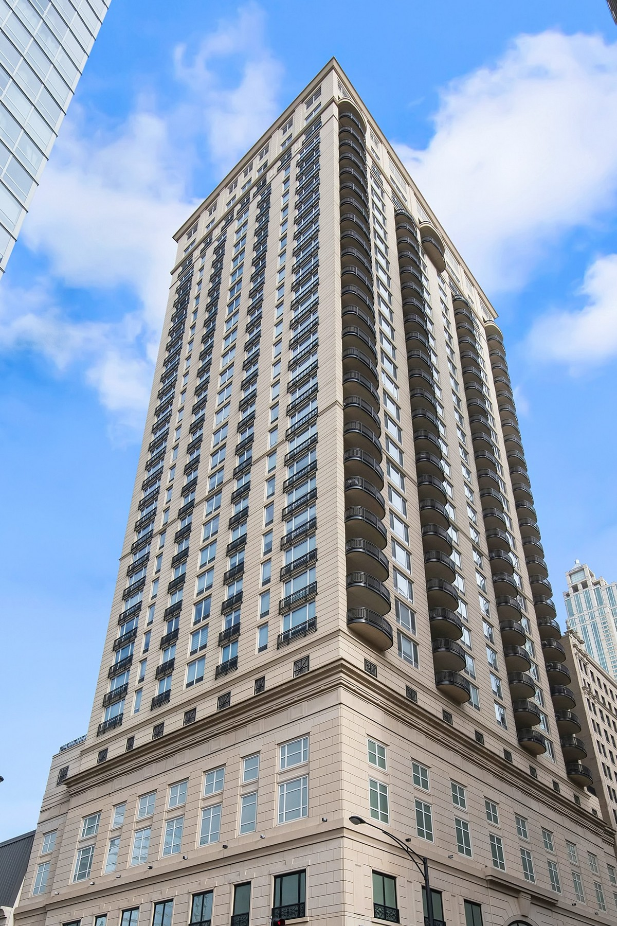 Кондоминиум для того Продажа на Impeccable High-Floor Unit 10 E Delaware Place Unit 28E, Chicago, Иллинойс, 60611 Соединенные Штаты
