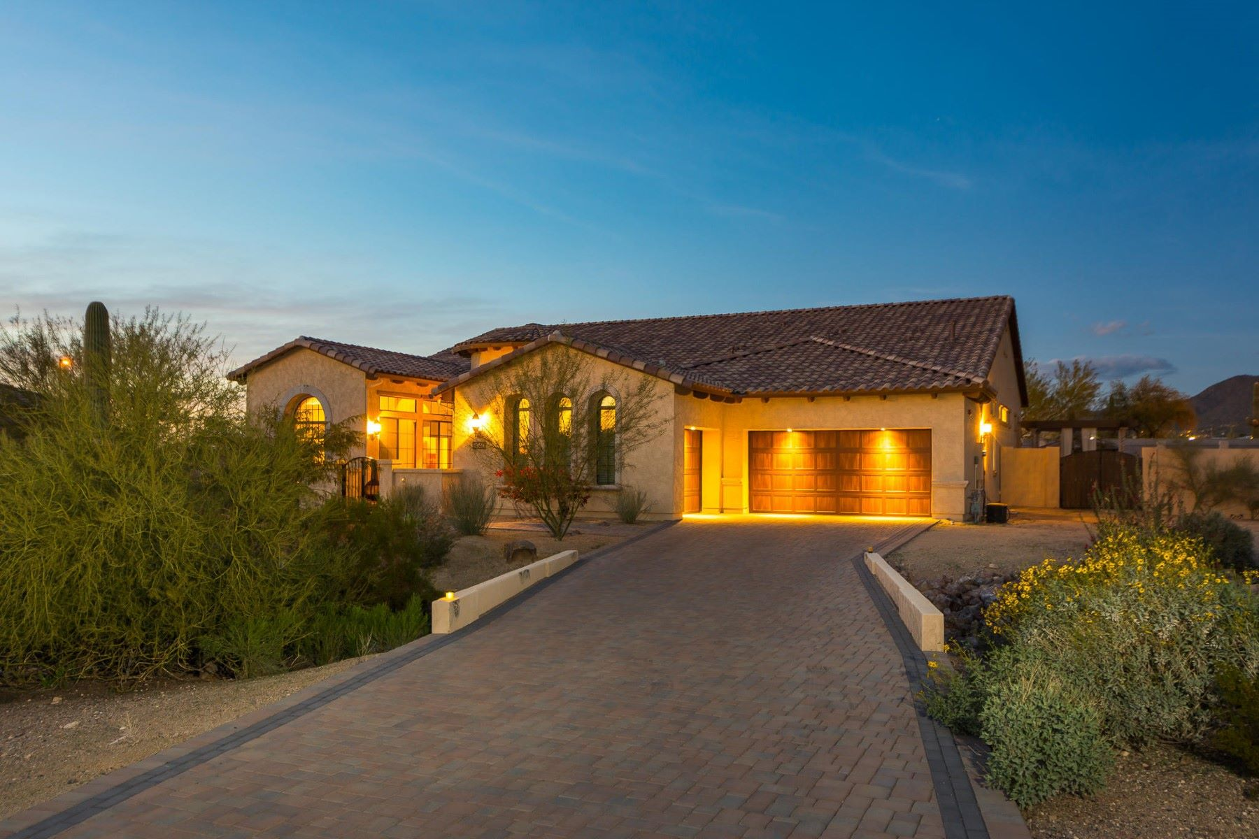 Maison unifamiliale pour l Vente à Resort-style living in Mountain Bridge gated community 8040 E Laurel St Mesa, Arizona, 85207 États-Unis