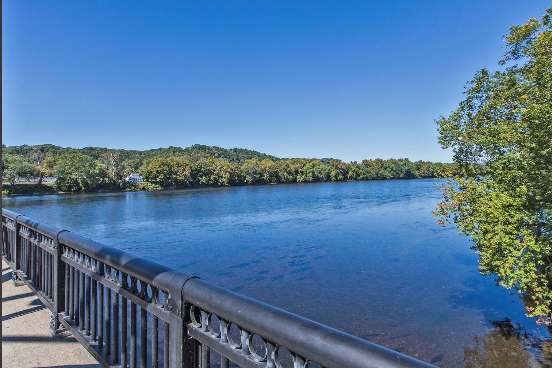 Additional photo for property listing at Twenty Outstanding Waterfront Townhouses 3 River Mills Drive B3 Frenchtown, Нью-Джерси 08825 Соединенные Штаты