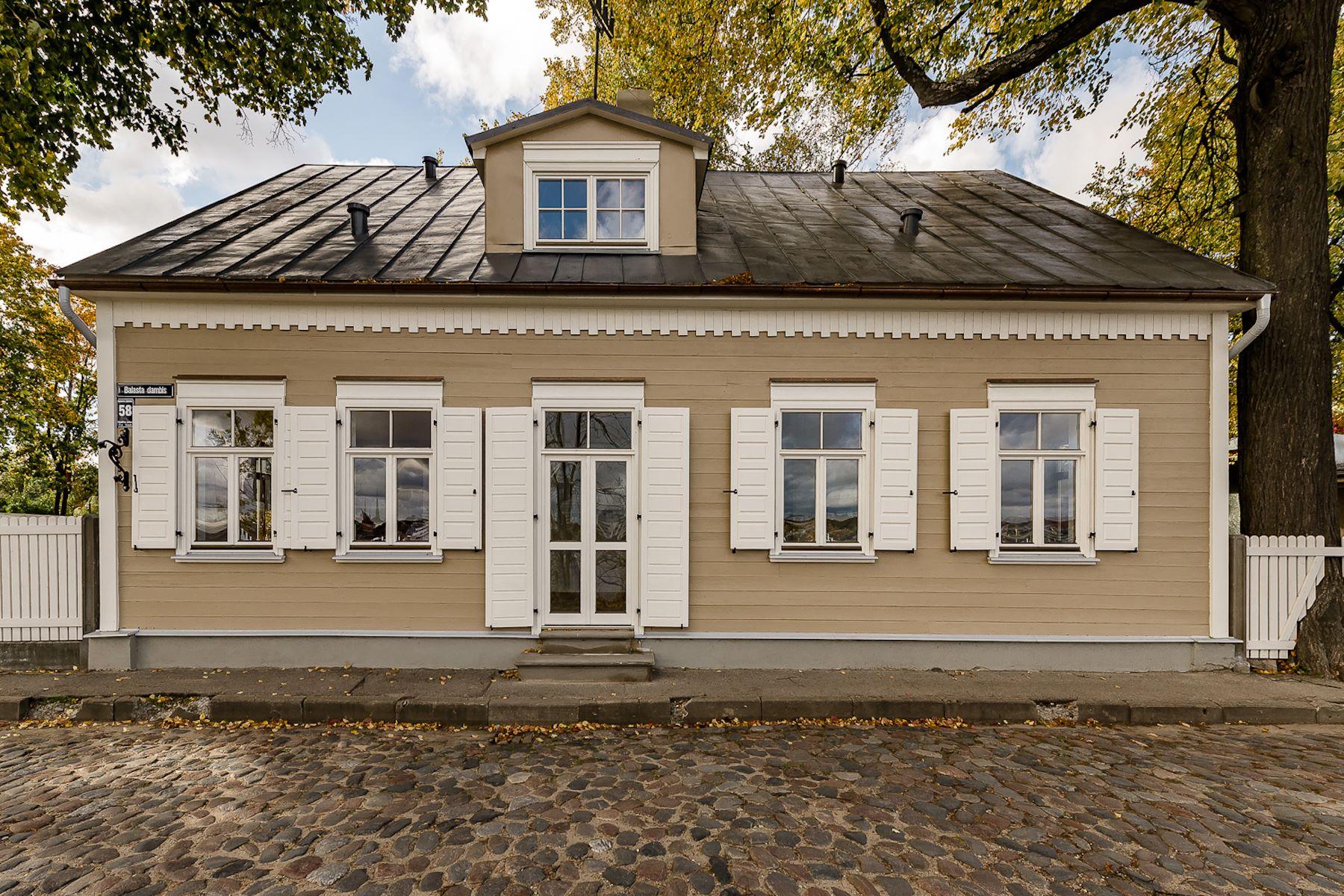 独户住宅 为 销售 在 Excellent house of wooden architecture in Kipsala 里加, 拉脱维亚的其他地区, 拉脱维亚