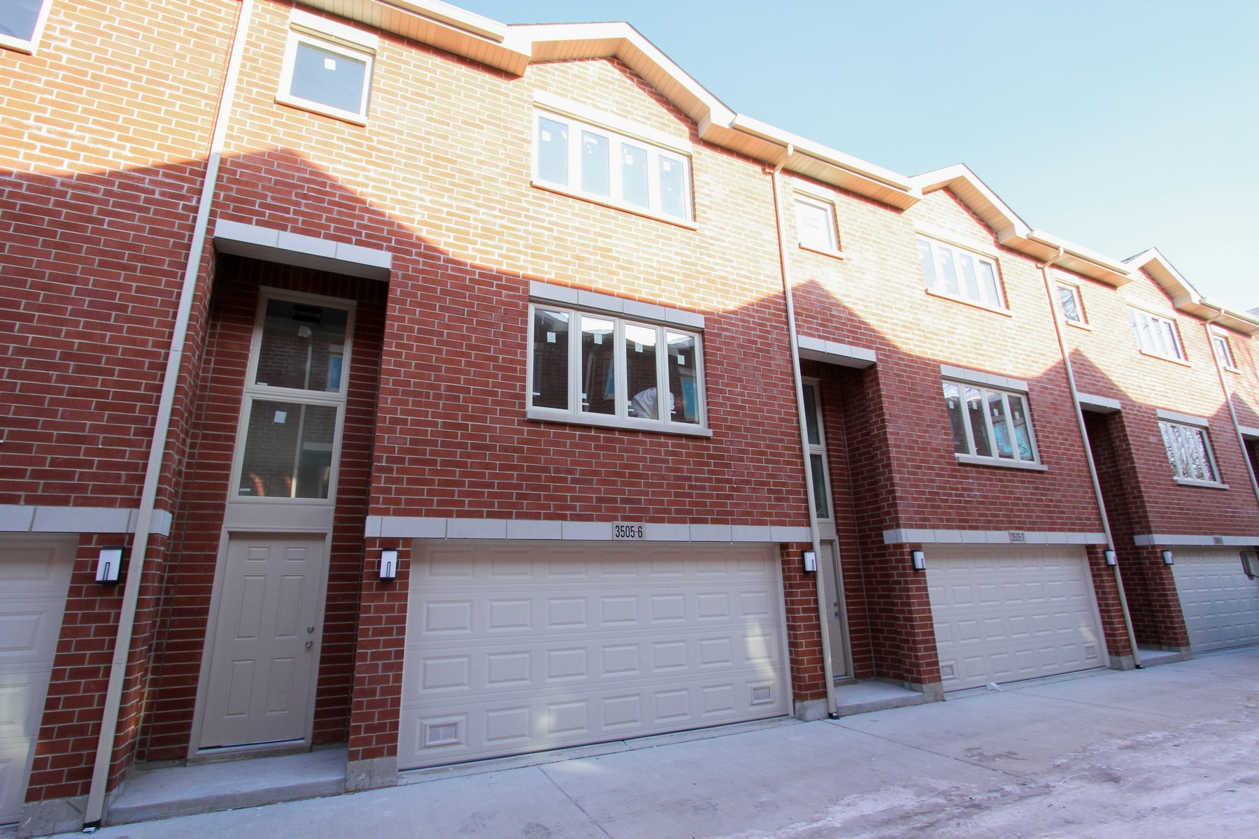 多棟聯建住宅 為 出售 在 McKinley Square Townhome! 3531 S Maplewood Avenue Unit 9 McKinley Park, Chicago, 伊利諾斯州, 60632 美國