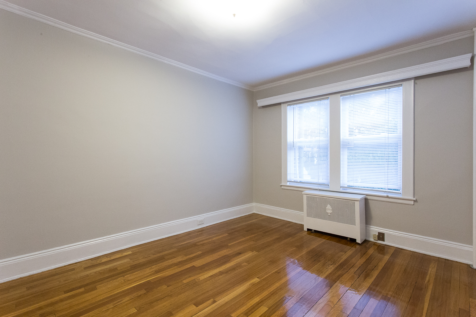 """Additional photo for property listing at """"DUPLEX APARTMENT IN 2 FAMILY HOUSE"""" 101-09 Ascan Avenue, Forest Hills, 紐約州 11375 美國"""