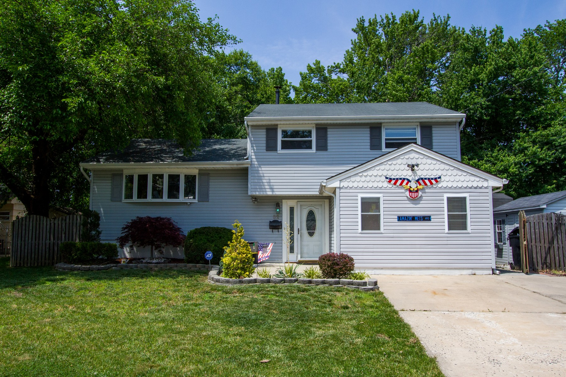 Maison unifamiliale pour l Vente à Fantastic Split Level 32 Hemlock St Hazlet, New Jersey 07730 États-Unis