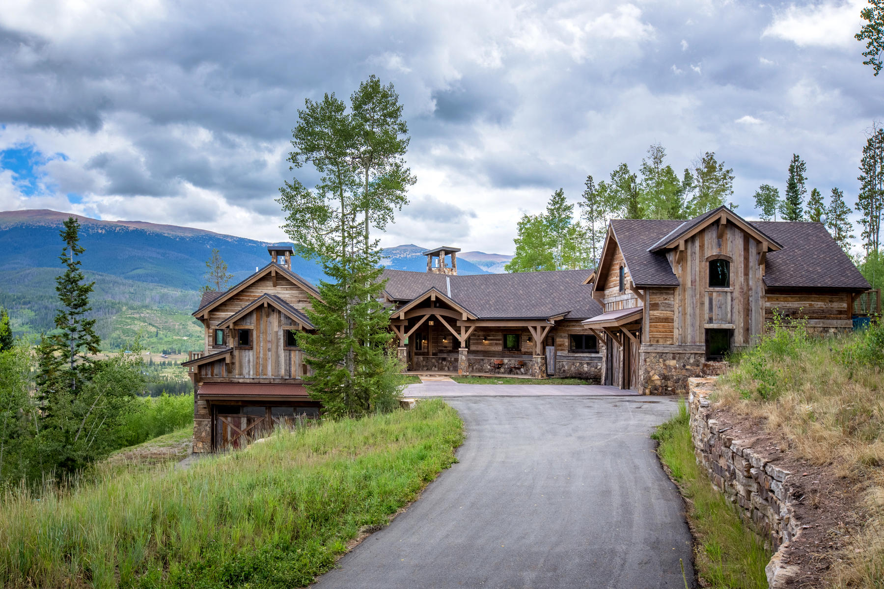 Single Family Home for Active at Enjoy the mountain lifestyle with this extraordinary custom home on 3.6 acres! 181 Bull Bugle Bend Fraser, Colorado 80442 United States