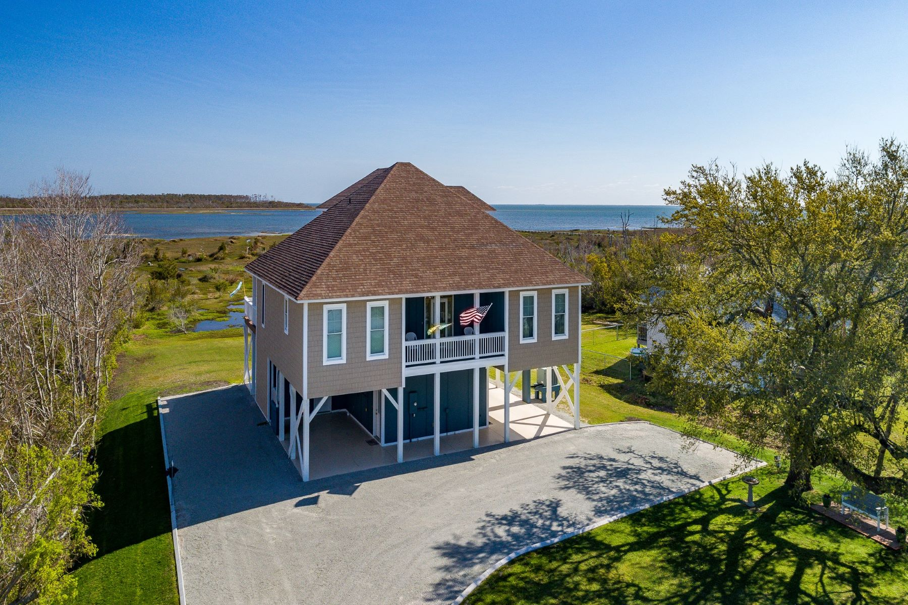 Single Family Homes 为 销售 在 Lovely Custom Built Waterfront Home 627 Bayview Drive, Harkers Island, 北卡罗来纳州 28531 美国