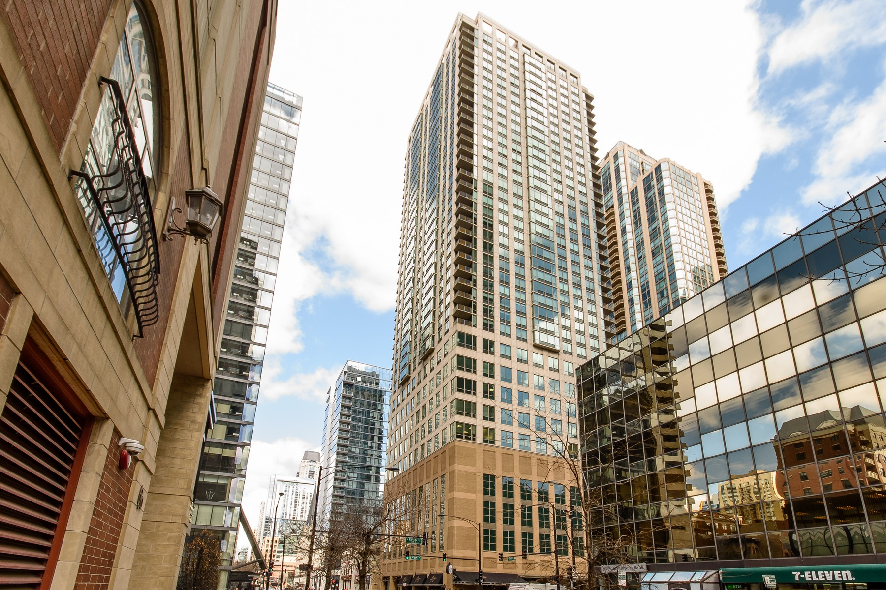 شقة بعمارة للـ Sale في Incredible Condo in River North 2 E Erie Street Unit 1211, Near North Side, Chicago, Illinois, 60611 United States