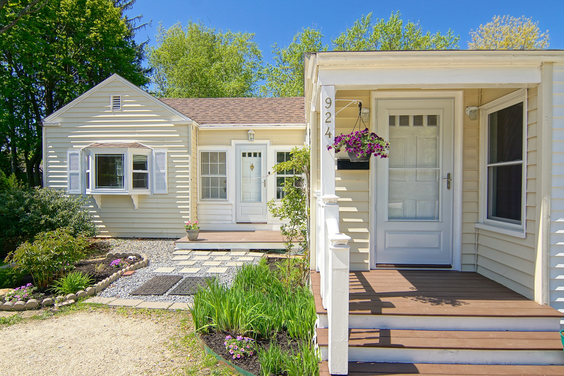 Single Family Homes 为 销售 在 Live close to downtown Portsmouth without a downtown price tag! 924 Woodbury Ave 朴茨茅斯, 新罕布什尔州 03801 美国