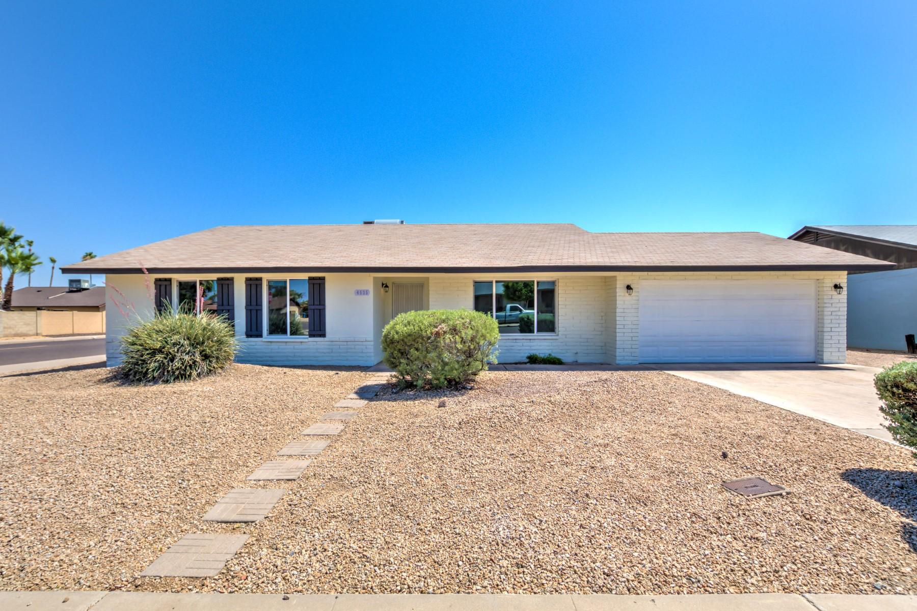 Maison unifamiliale pour l Vente à Fantastic remodel in the best location in Phoenix 4535 E Joan De Arc Ave Phoenix, Arizona, 85032 États-Unis