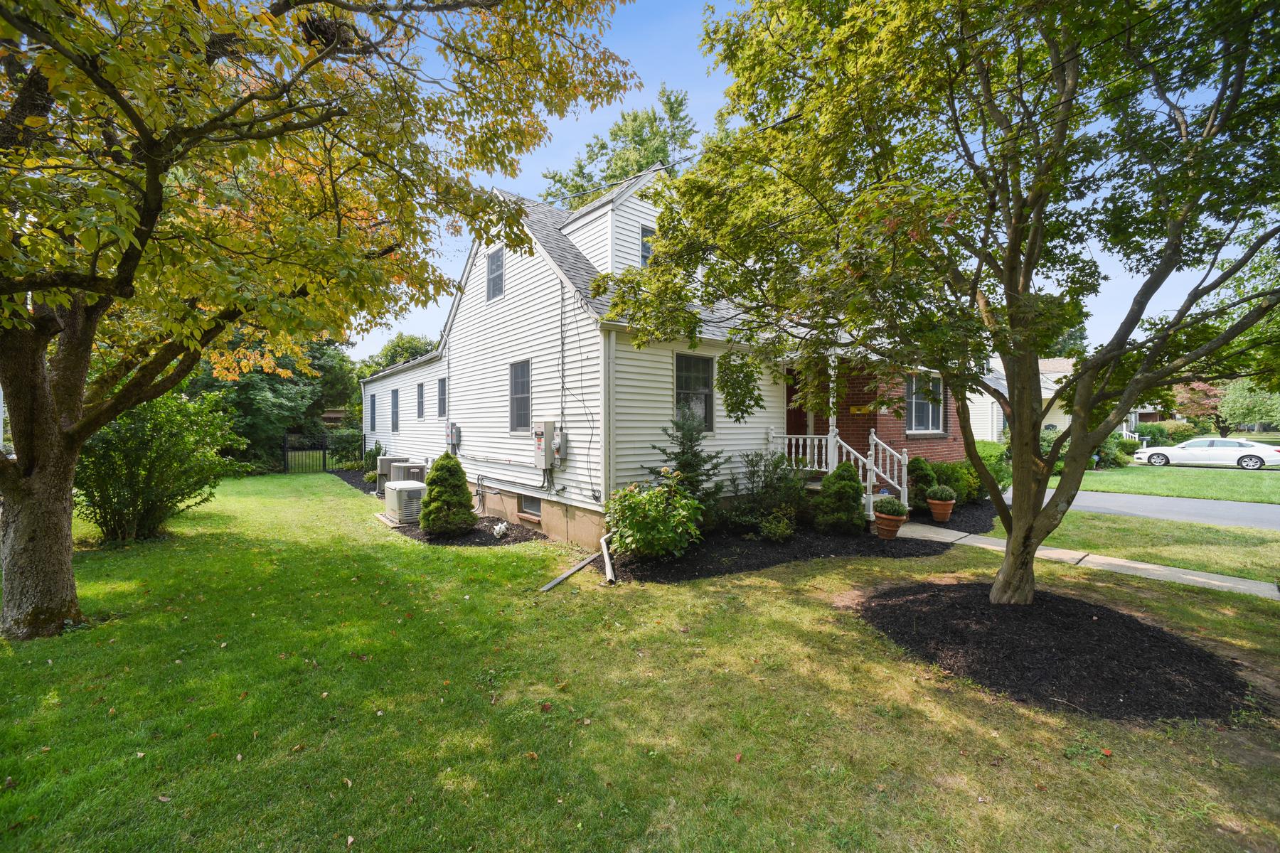 Single Family Homes för Försäljning vid Stunning Custom Home 15 Diana Road, Morris Plains, New Jersey 07950 Förenta staterna