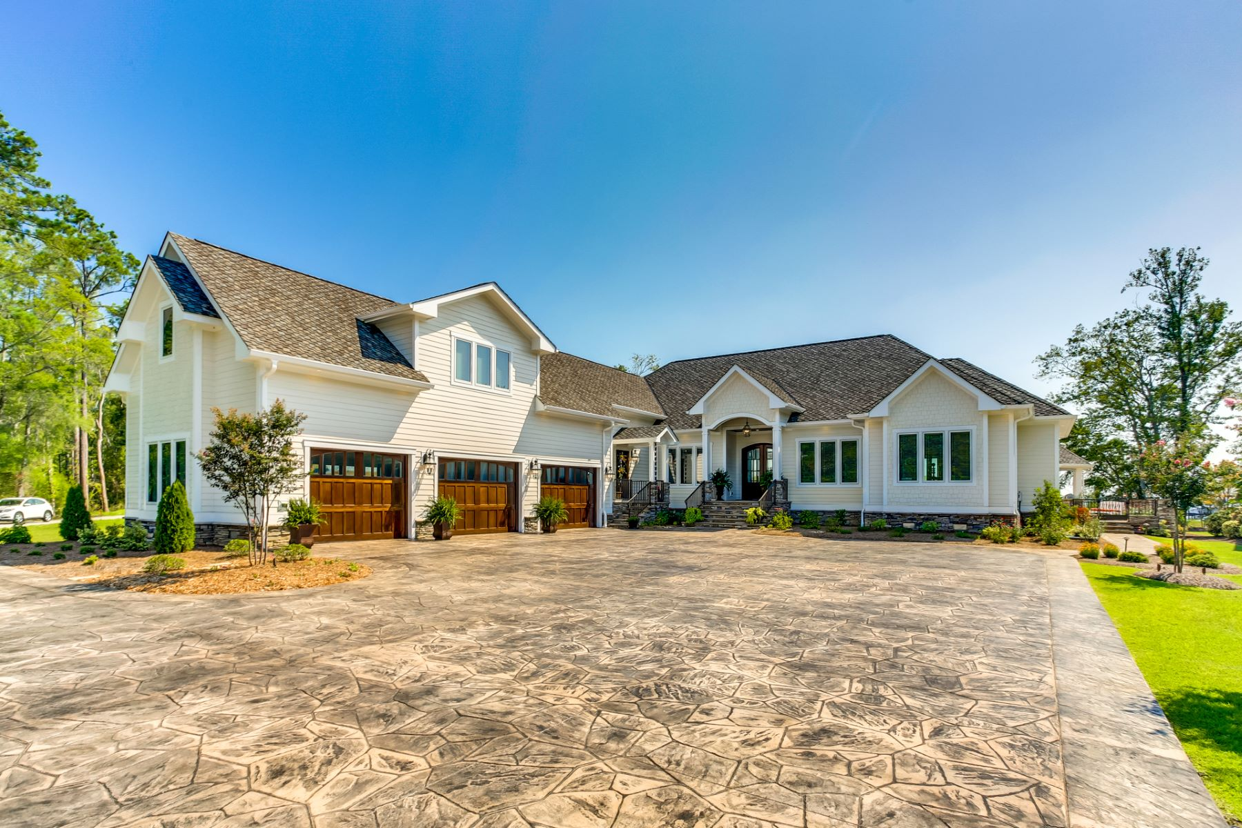 Single Family Homes 为 销售 在 Inviting Oasis with Saltwater Pool 34 Sandy Point Drive, Lake Waccamaw, 北卡罗来纳州 28450 美国