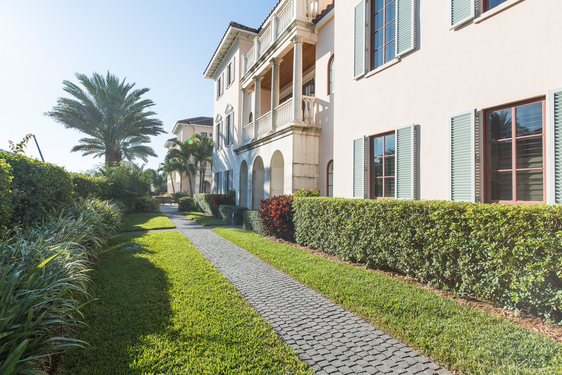 Additional photo for property listing at Elegant Italian Villa by Beach 1515 Ocean Drive #9 Vero Beach, Florida 32963 United States