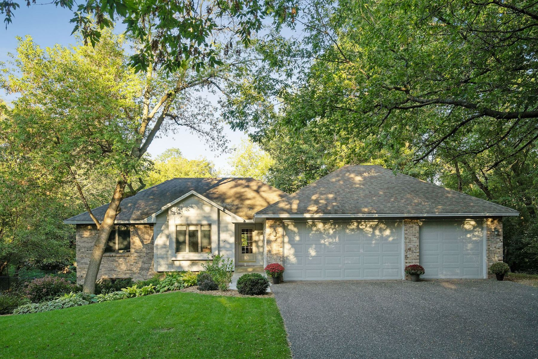 Single Family Homes für Verkauf beim Spacious 4 Bedroom Home in Minnetonka Situated on Over Half Acre Private Lot 15424 Highwood Drive, Minnetonka, Minnesota 55345 Vereinigte Staaten