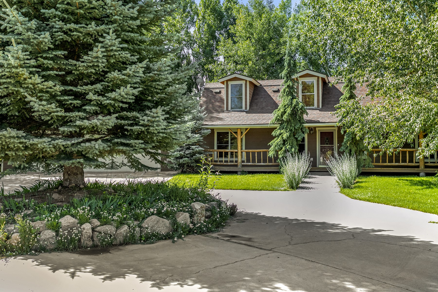 Single Family Homes for Sale at Beautiful updated home with 3 car garage 903 Mayne Street Gypsum, Colorado 81637 United States