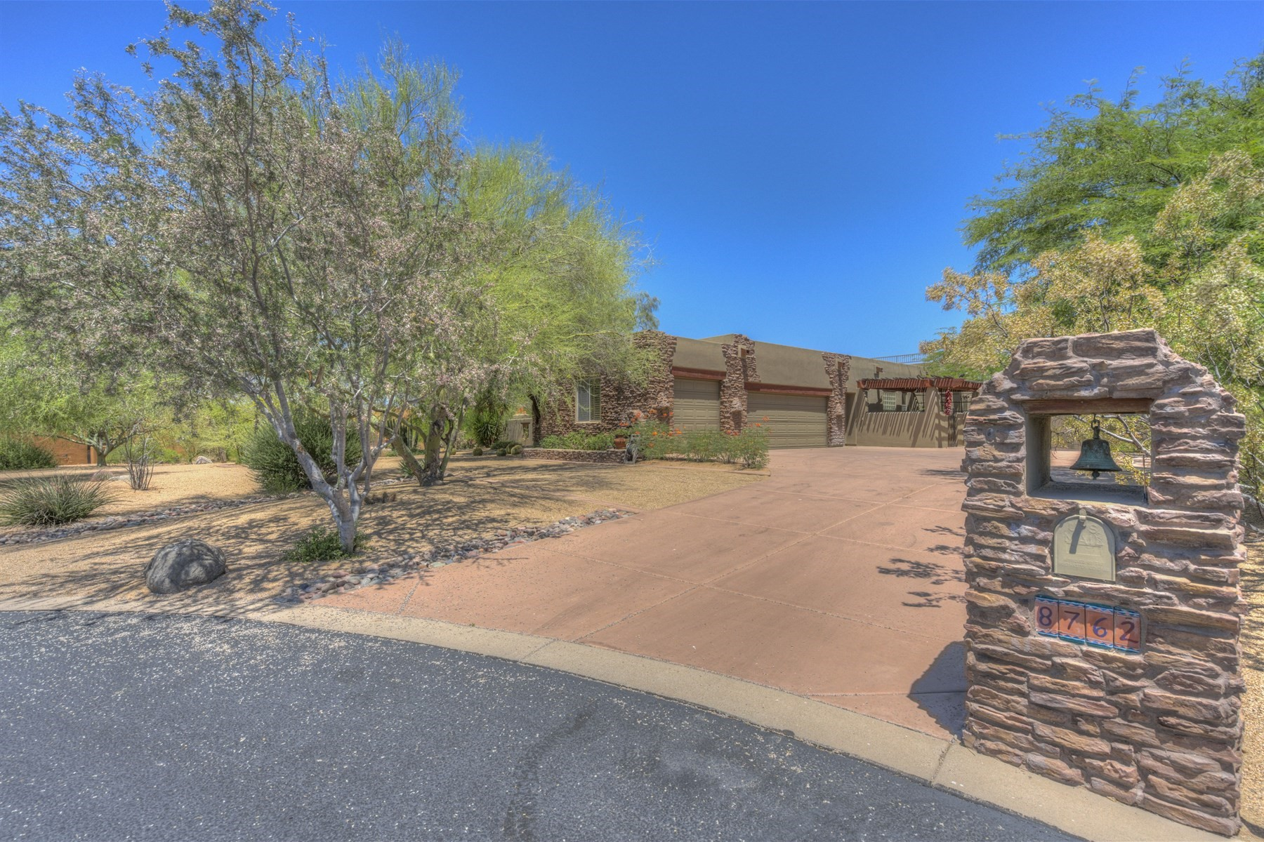Single Family Home for Sale at Beautiful single story home in Desert Springd 8762 E Arroyo Seco Rd Scottsdale, Arizona, 85266 United States