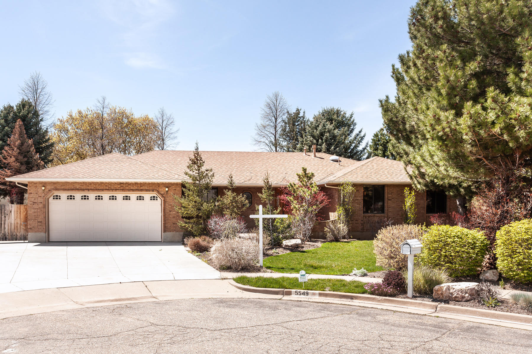 Single Family Homes for Active at Generously Spacious Home in a Quiet Cul-de-sac 5549 South 400 West Washington Terrace, Utah 84405 United States