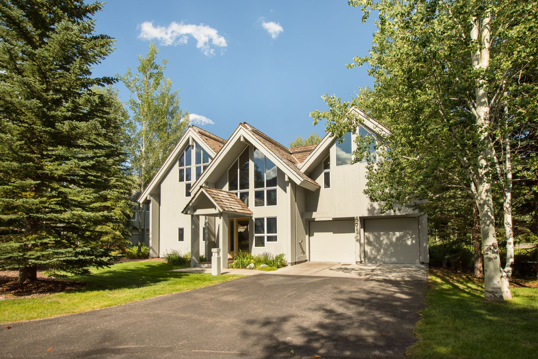 واحد منزل الأسرة للـ Sale في Serene Woodland Teton Pines Setting 2940 N White Pine Lane, Wilson, Wyoming, 83014 Jackson Hole, United States