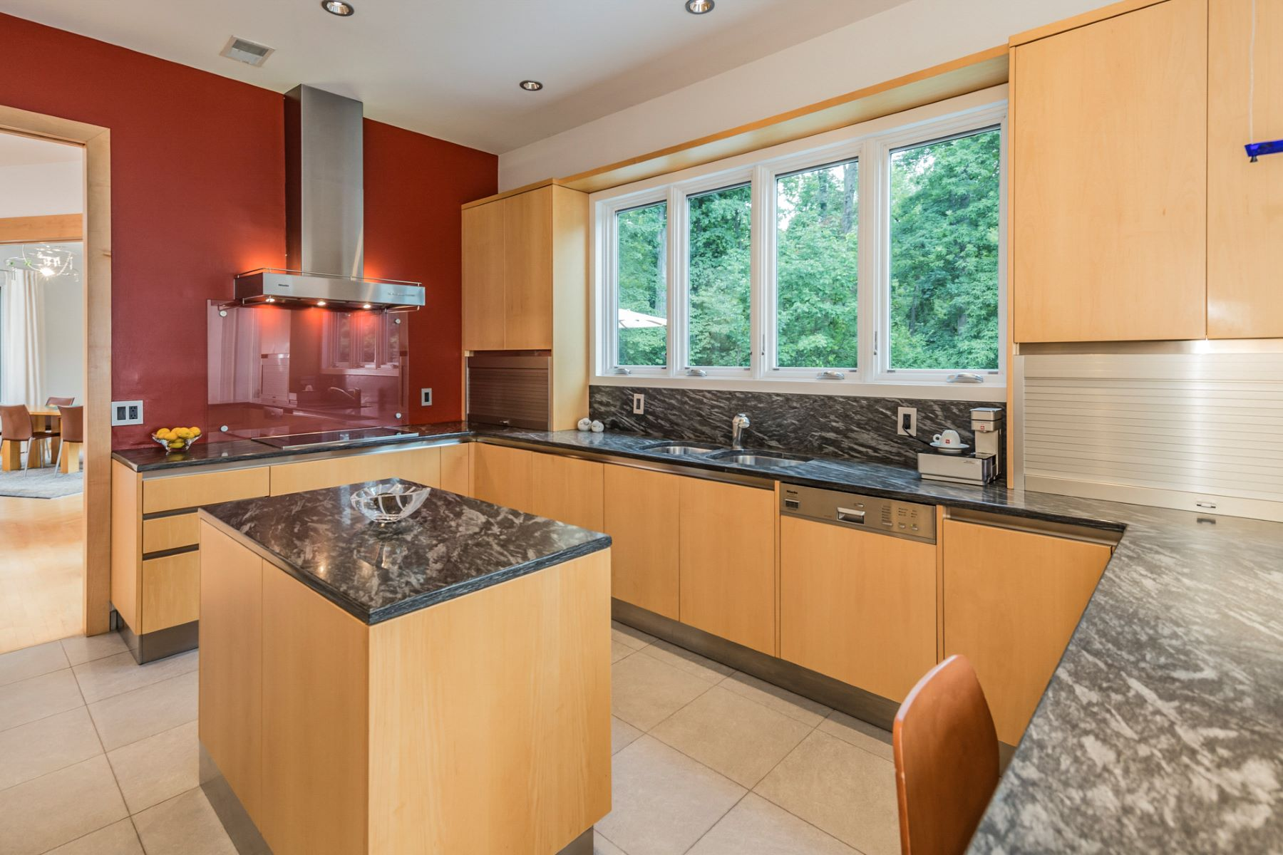 Additional photo for property listing at Airy Interiors Harmonize with Leafy Privacy 1 Hageman Lane, Princeton, New Jersey 08540 United States