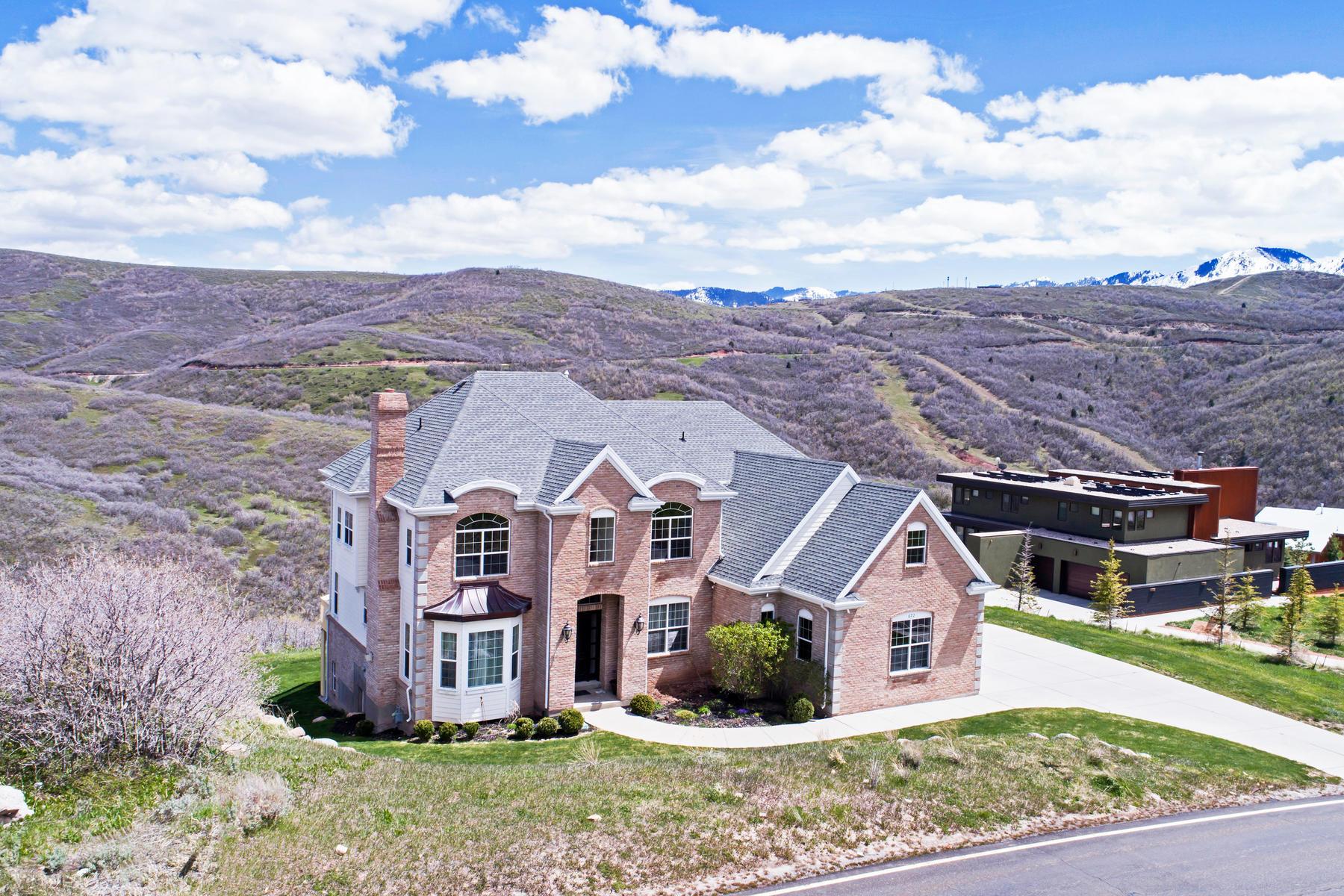 Частный односемейный дом для того Продажа на Stately Two-Story Home With Sweeping Views 672 N Pioneer Fork Rd Salt Lake City, Юта, 84108 Соединенные Штаты