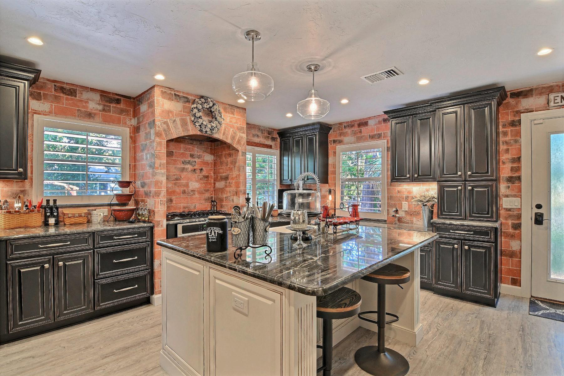 Maison unifamiliale pour l Vente à Renovated McAnsh Park Showplace 2331 Vero Beach Avenue Vero Beach, Florida, 32960 États-Unis