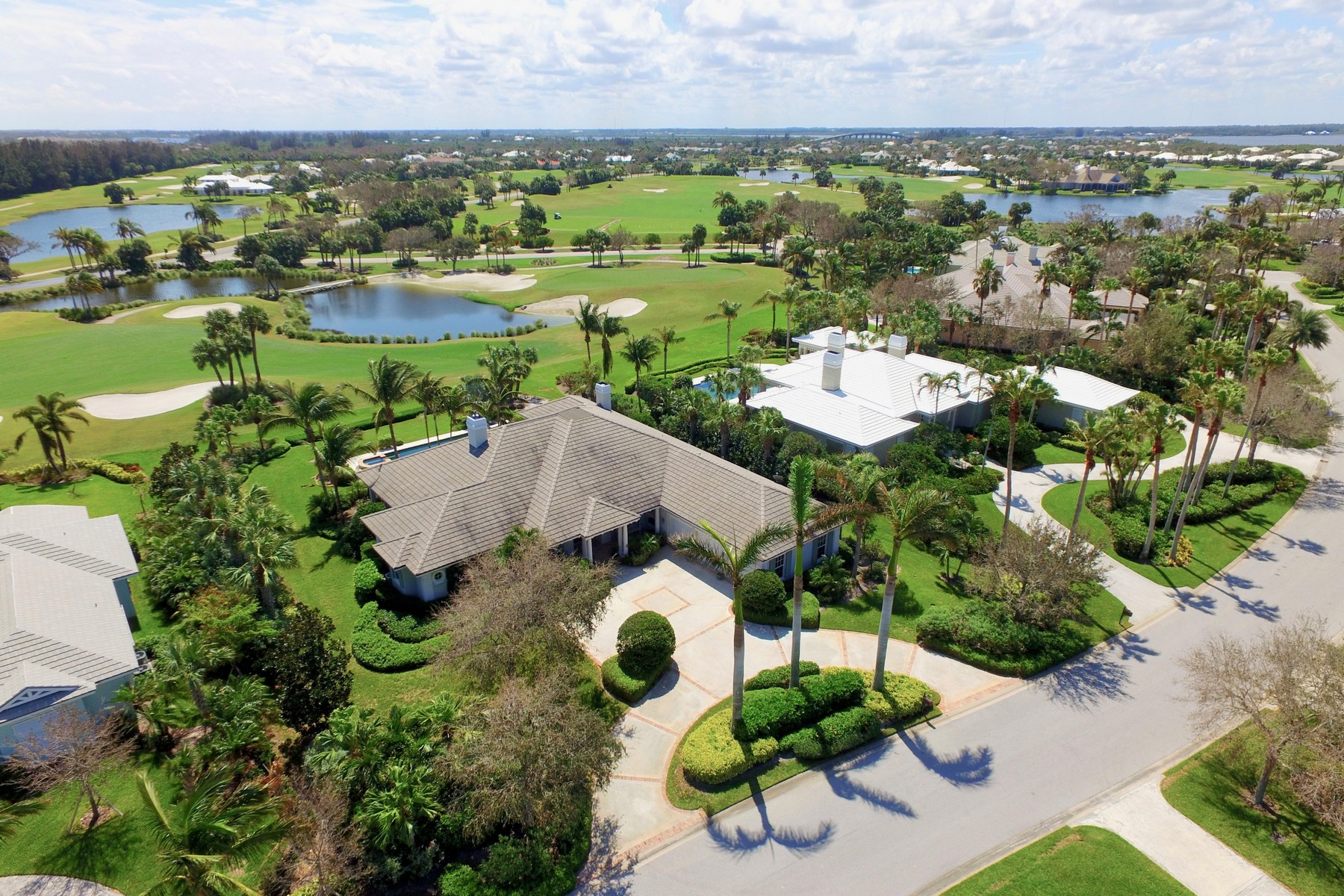 Casa para uma família para Venda às Lakefront Home with Endless Golf Views 130 Seaspray Lane, Vero Beach, Florida, 32963 Estados Unidos