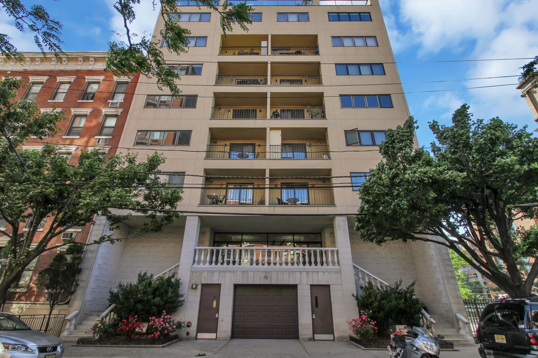 Condomínio para Venda às Downtown Park Ave Two Bedroom Home! 72 Park Ave #2B Hoboken, Nova Jersey 07030 Estados Unidos