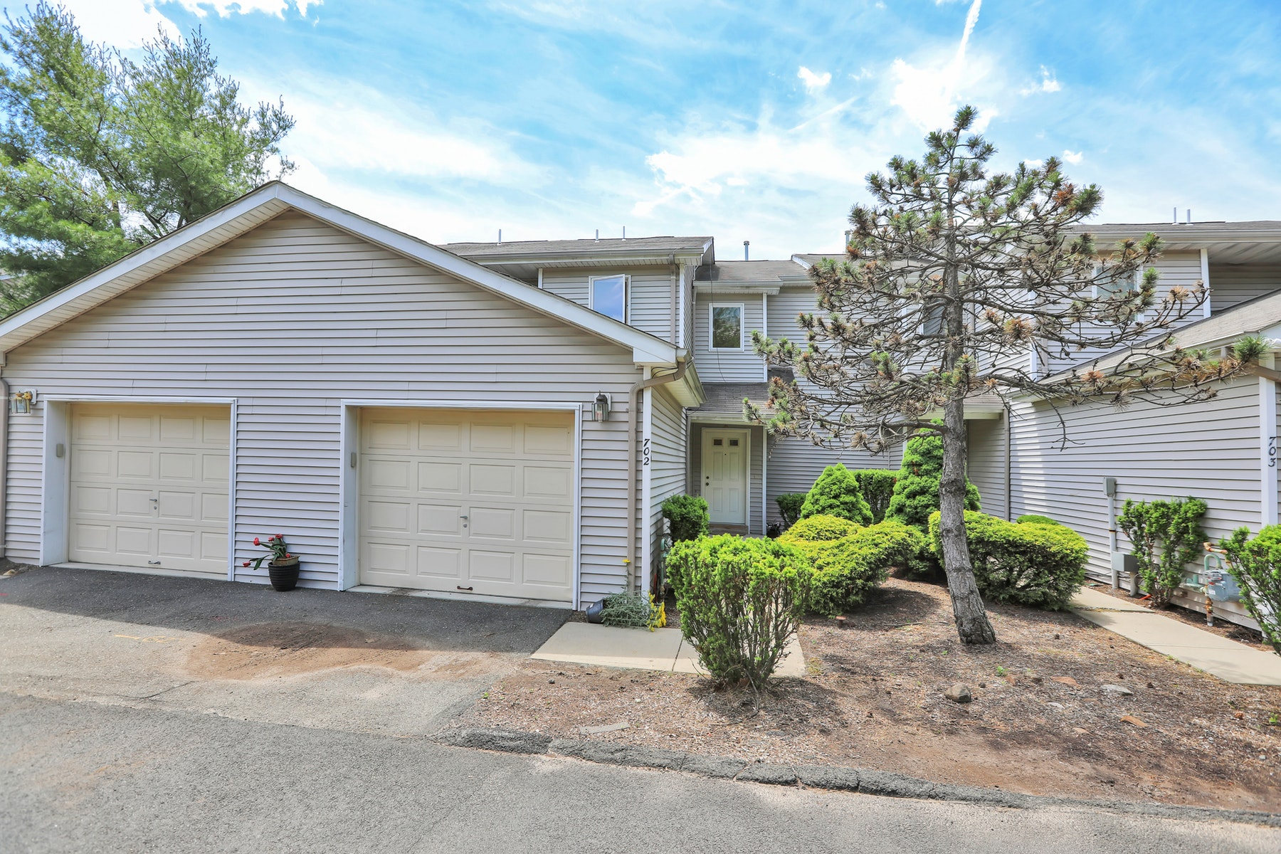 Single Family Homes for Sale at Fabulous Multi Level Townhouse! 702 Skyline Drive Haledon, New Jersey 07508 United States