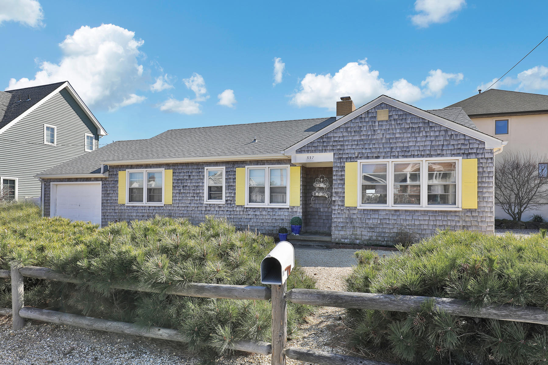 Maison unifamiliale pour l Vente à Charming 3 Bedroom Ranch! 337 Bay Lane Mantoloking, New Jersey, 08738 États-Unis