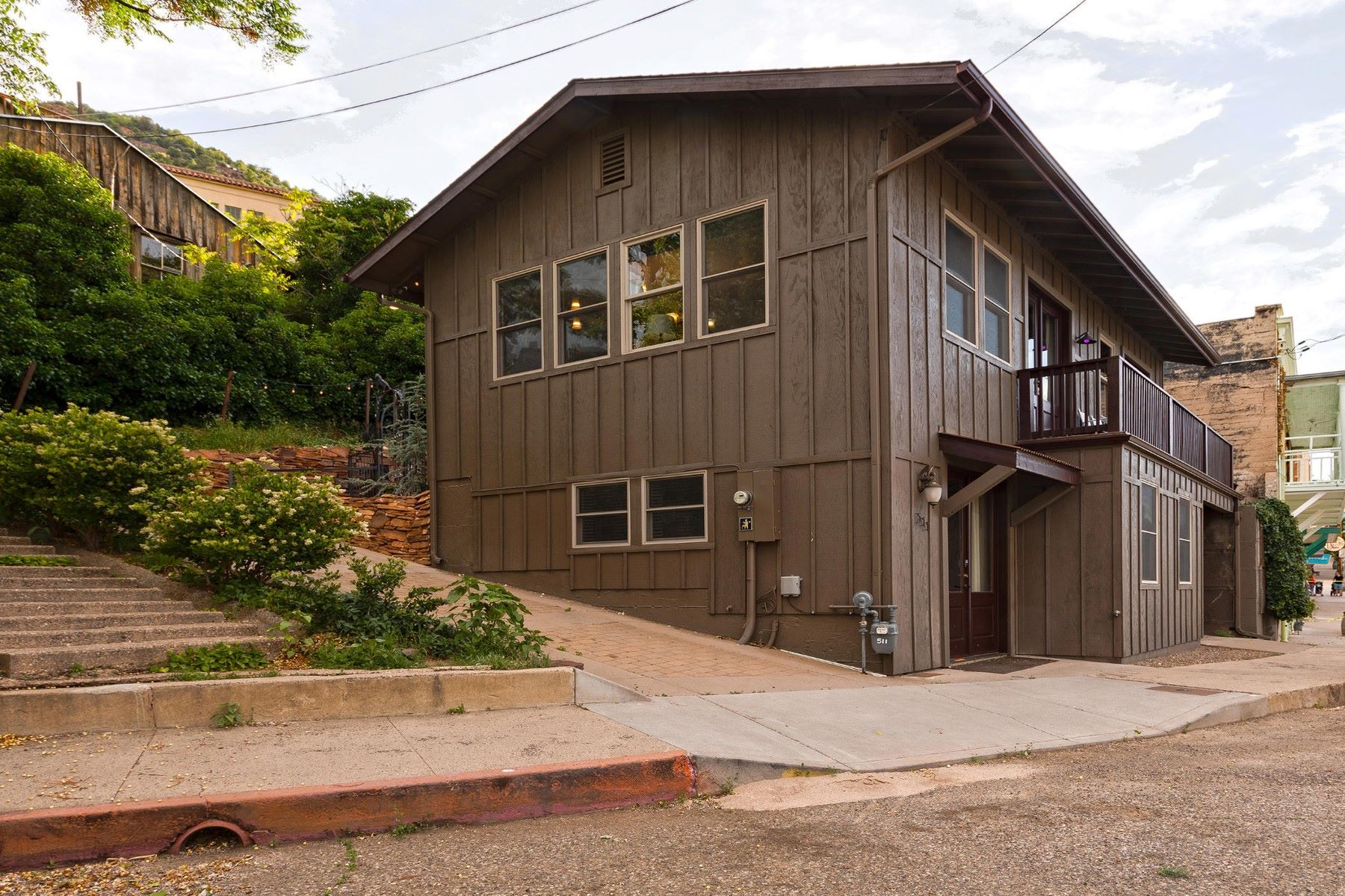 Single Family Homes 为 销售 在 Absolutely Stunning Home in Jerome 511 School St Jerome, 亚利桑那州 86331 美国