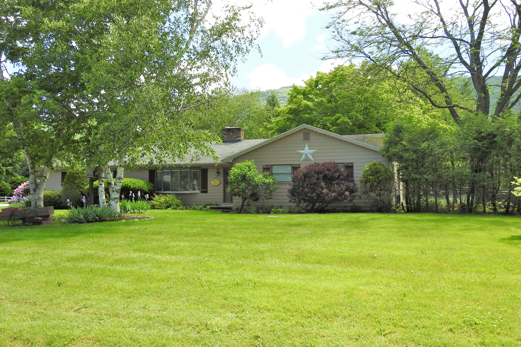 Single Family Homes for Sale at 465 Eastridge Circle, Mendon 465 Eastridge Cir Mendon, Vermont 05701 United States