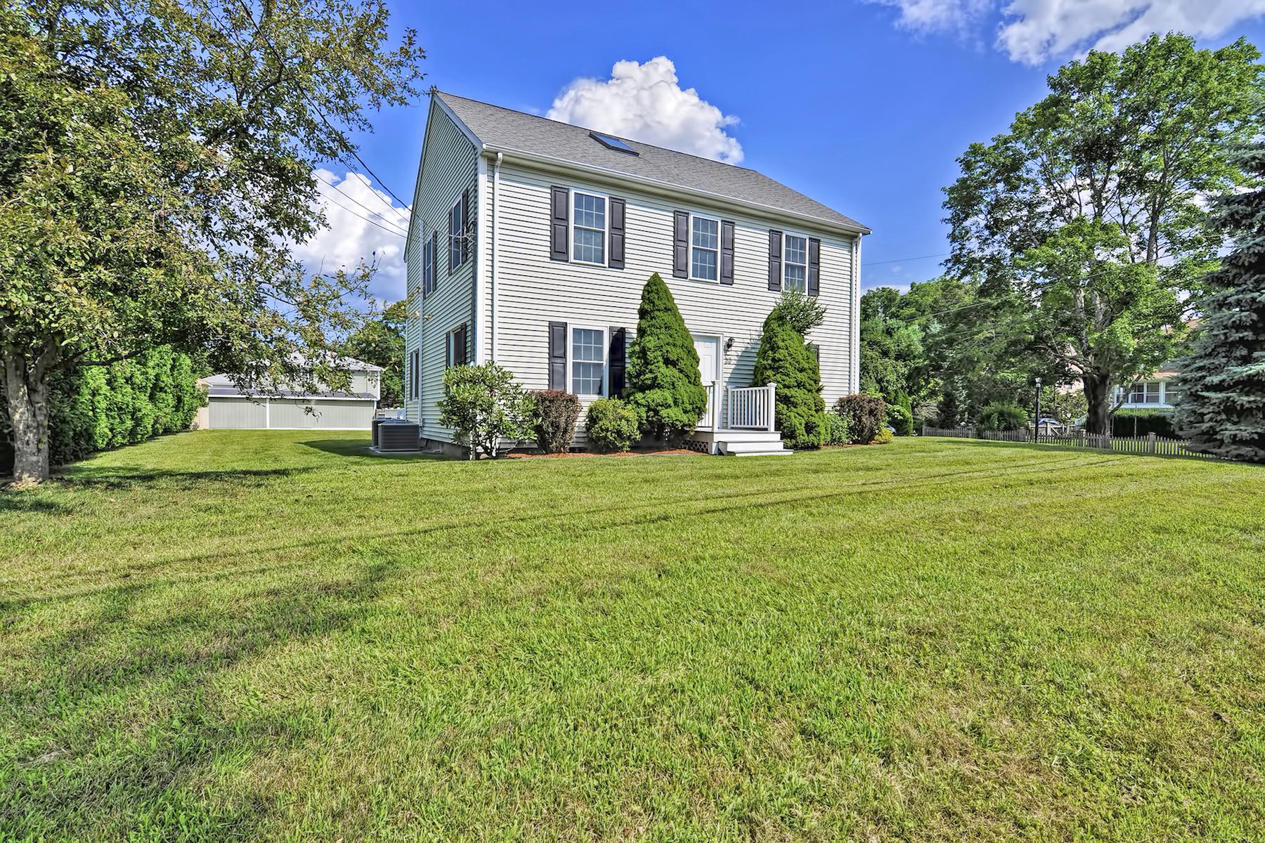 Single Family Homes pour l Vente à Colonial Home - A Hidden Gem 33 Winter Street Wayland, Massachusetts 01778 États-Unis