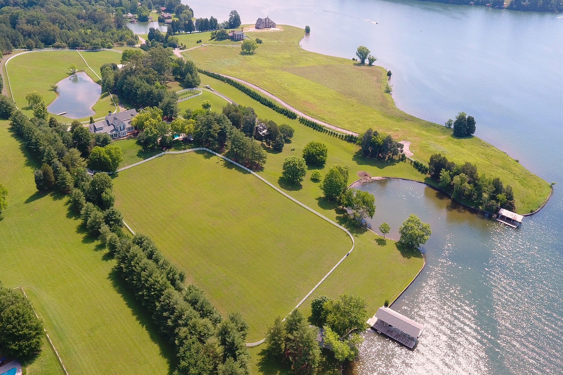 Additional photo for property listing at The Perfect Home For The Affluent Buyer 22000 Beals Chapel Road Lenoir City, Tennessee 37772 United States