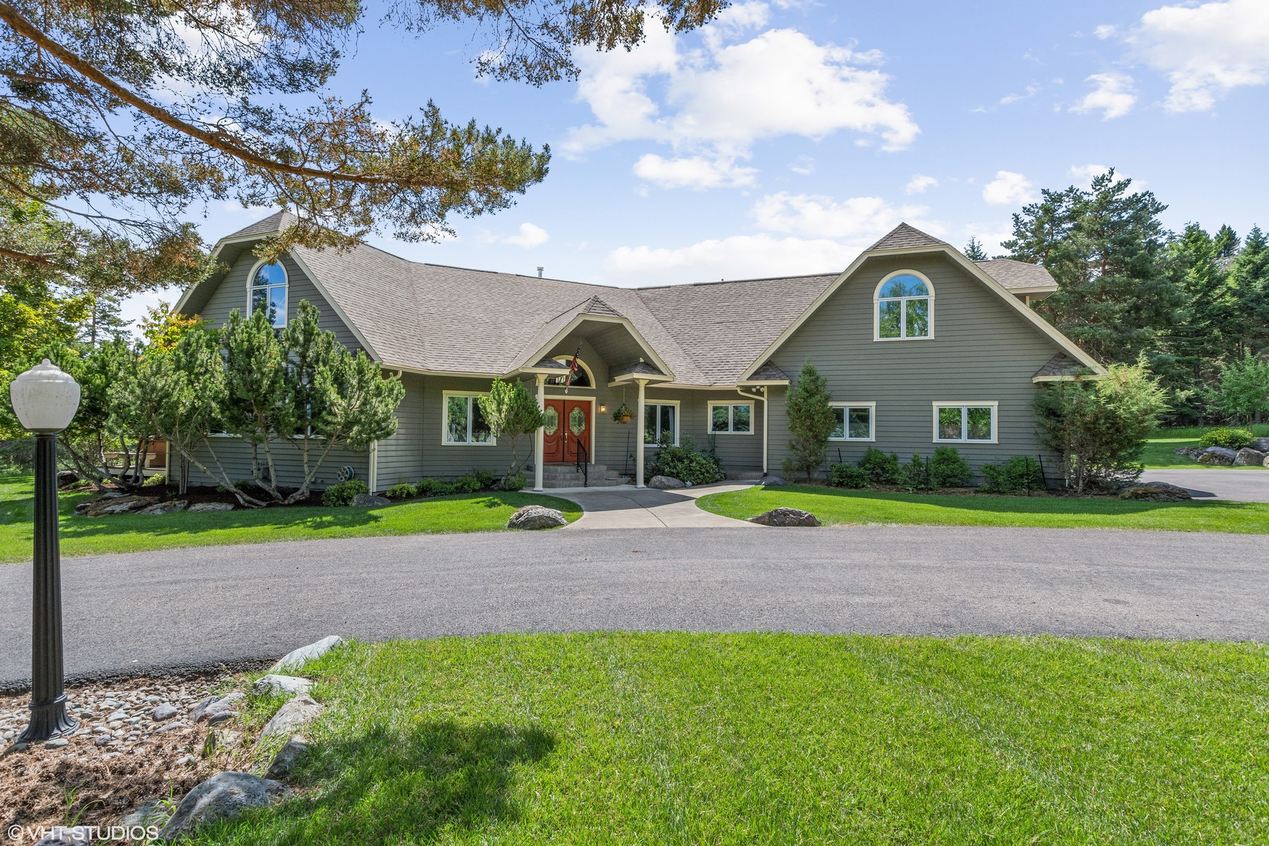 Single Family Homes 為 出售 在 Home on 10 Acres Near Downtown Whitefish 205 Lost Coon Trail, Whitefish, 蒙大拿州 59937 美國