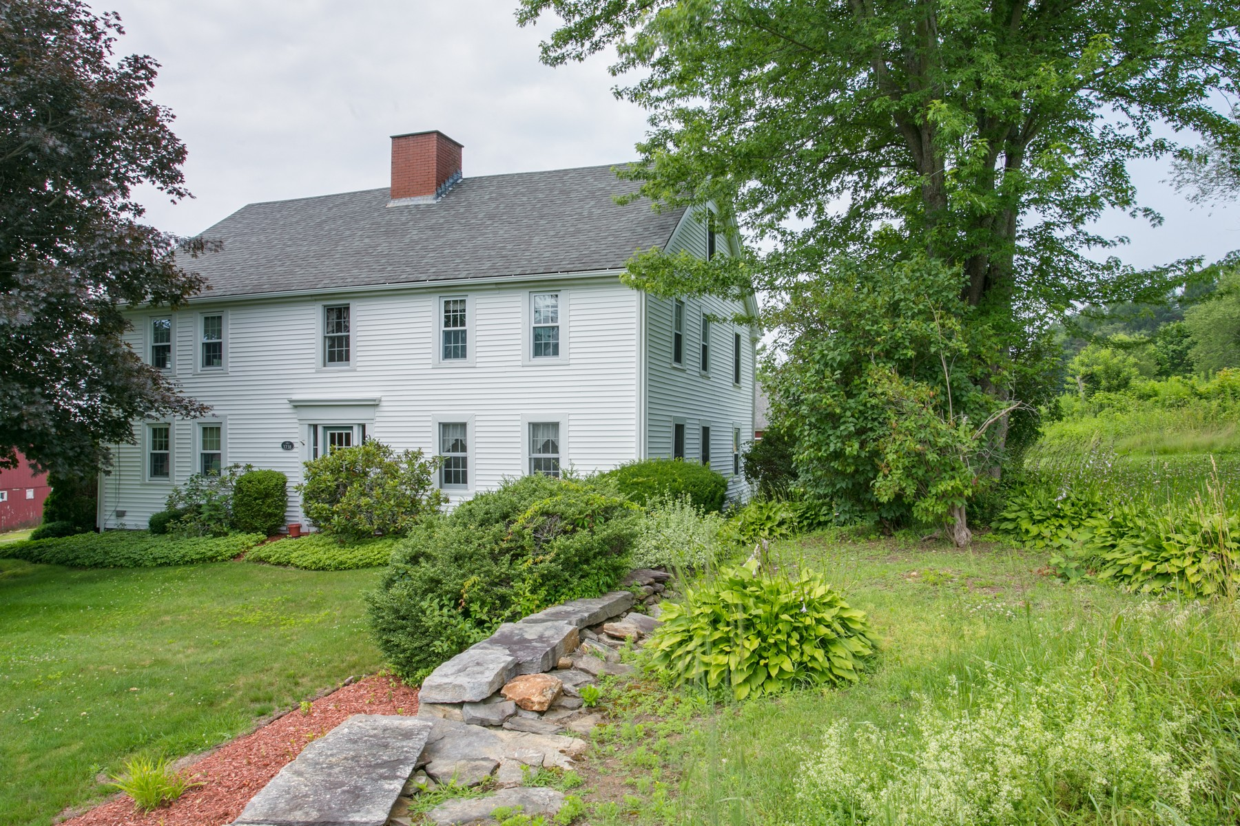 واحد منزل الأسرة للـ Sale في Charming Antique Colonial 10 Bigelow Road North Brookfield, Massachusetts 01535 United States