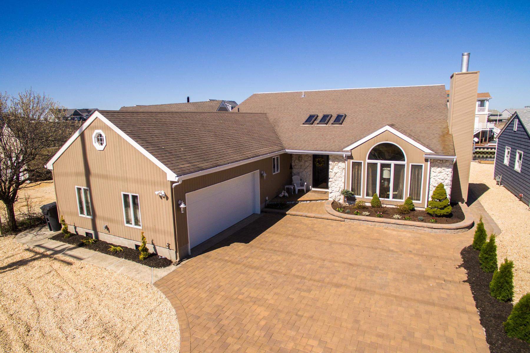 Maison unifamiliale pour l Vente à Custom Designed Lagoon Front Cape Overlooking Ellis Tide Pond 531 Route 35 South Normandy Beach, New Jersey, 08739 États-Unis