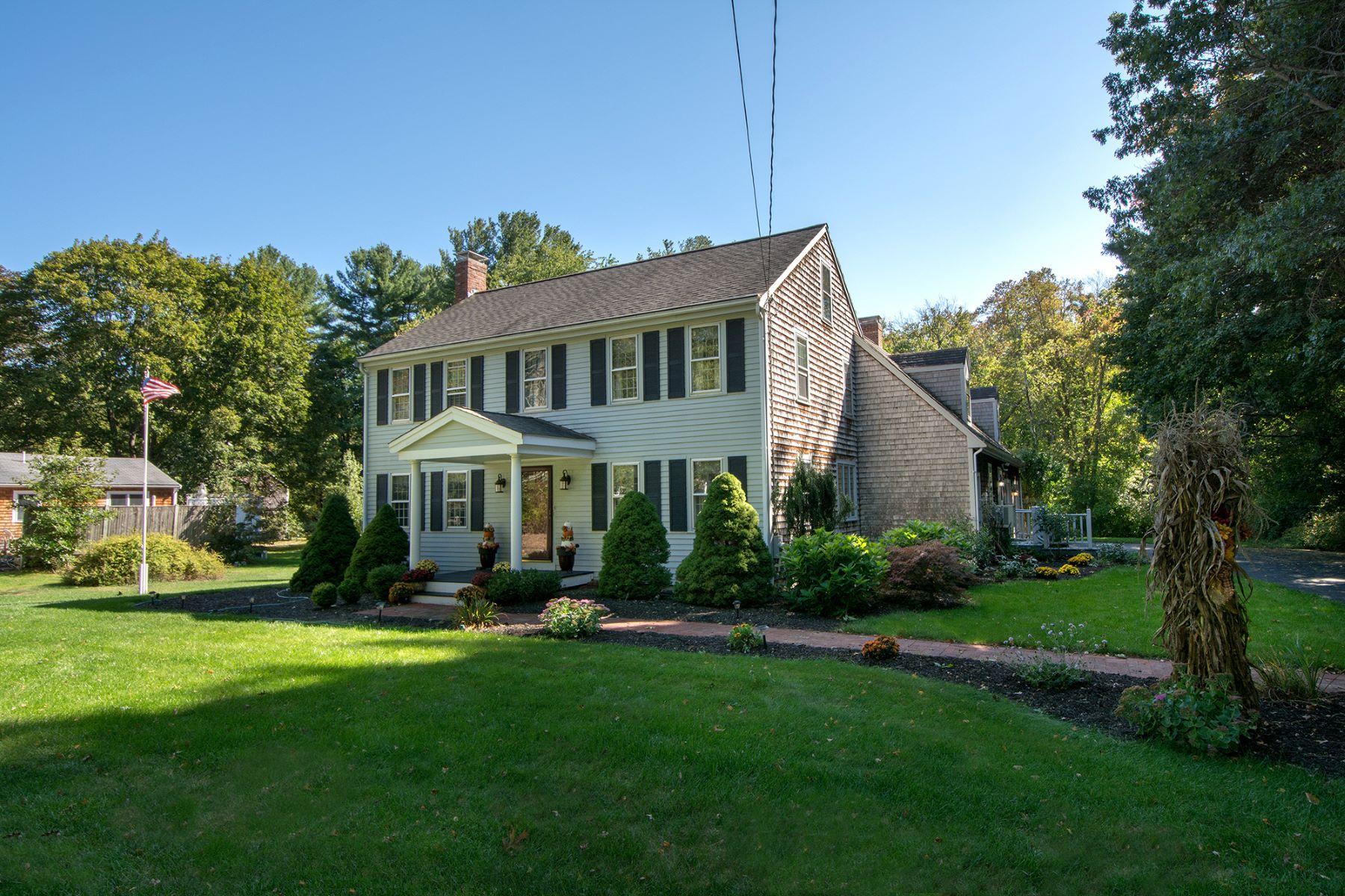 Maison unifamiliale pour l Vente à Well-loved, One Owner Colonial 183 Prospect Street, Hingham, Massachusetts, 02043 États-Unis