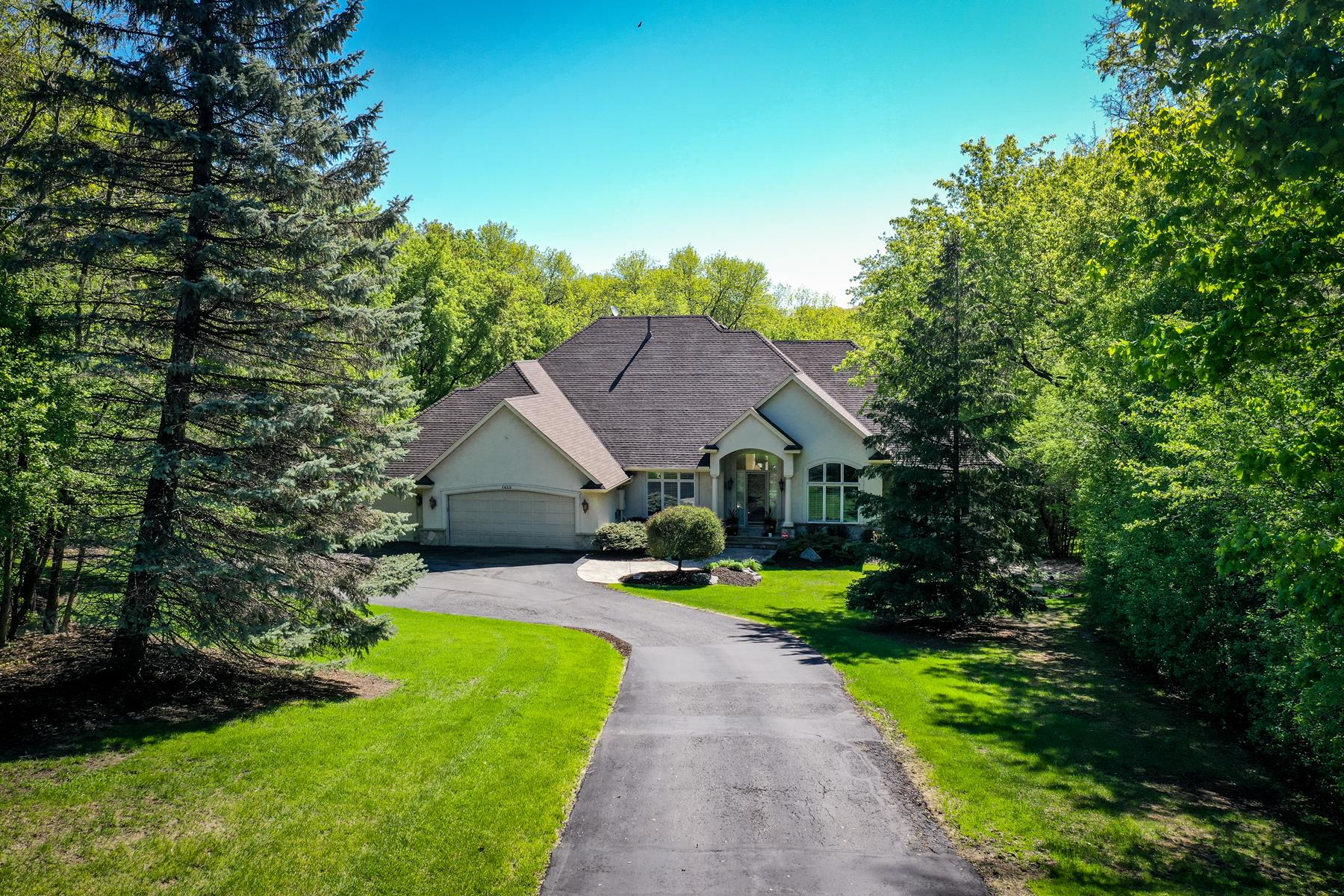 Single Family Homes voor Verkoop op Lovely Walkout Rambler on a Private 3.65 Acre Lot 1423 Linner Road, Wayzata, Minnesota 55391 Verenigde Staten