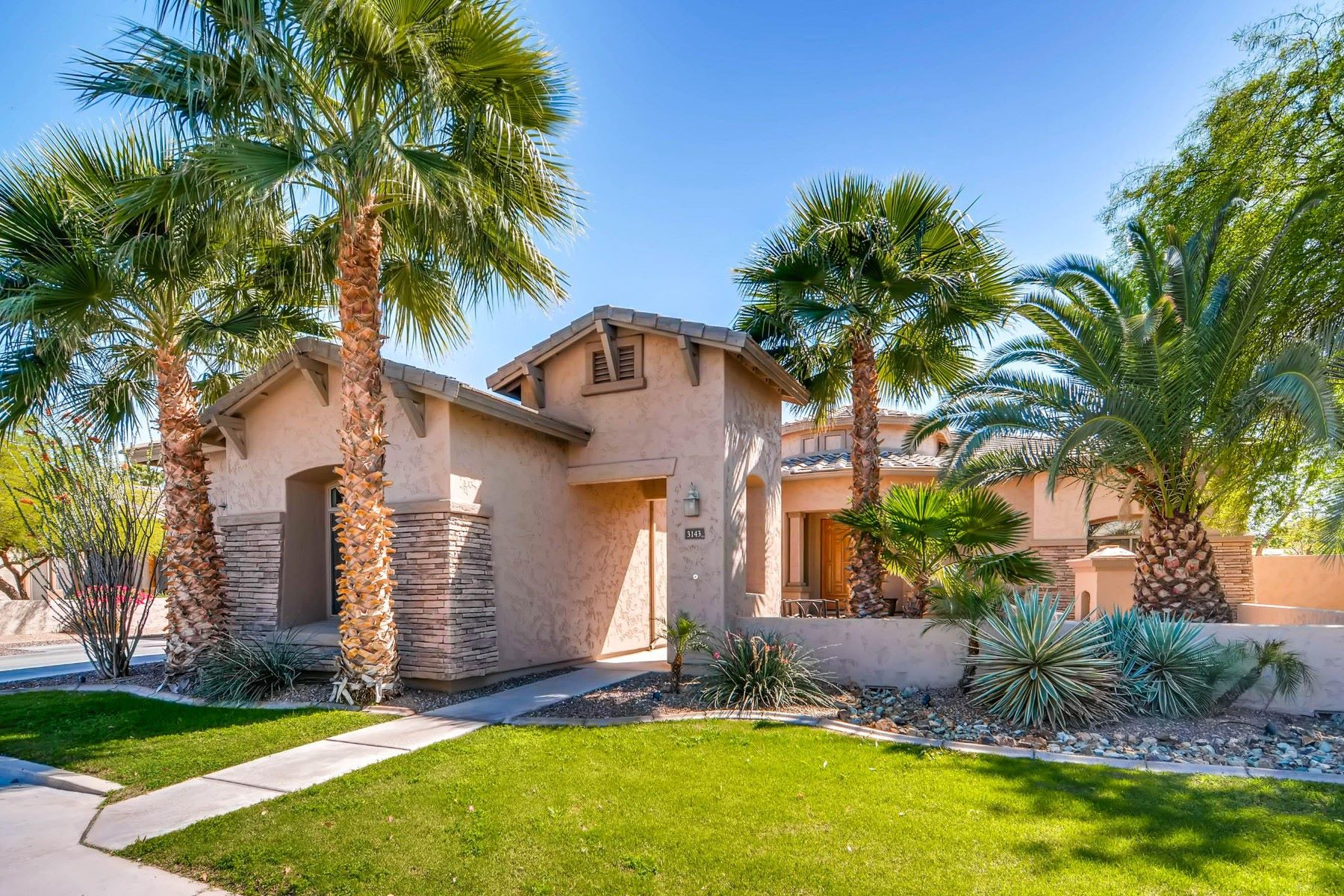Частный односемейный дом для того Продажа на Sophisticated single-story retreat in Mesquite Grove Estates 3143 E Birchwood Pl Chandler, Аризона 85249 Соединенные Штаты